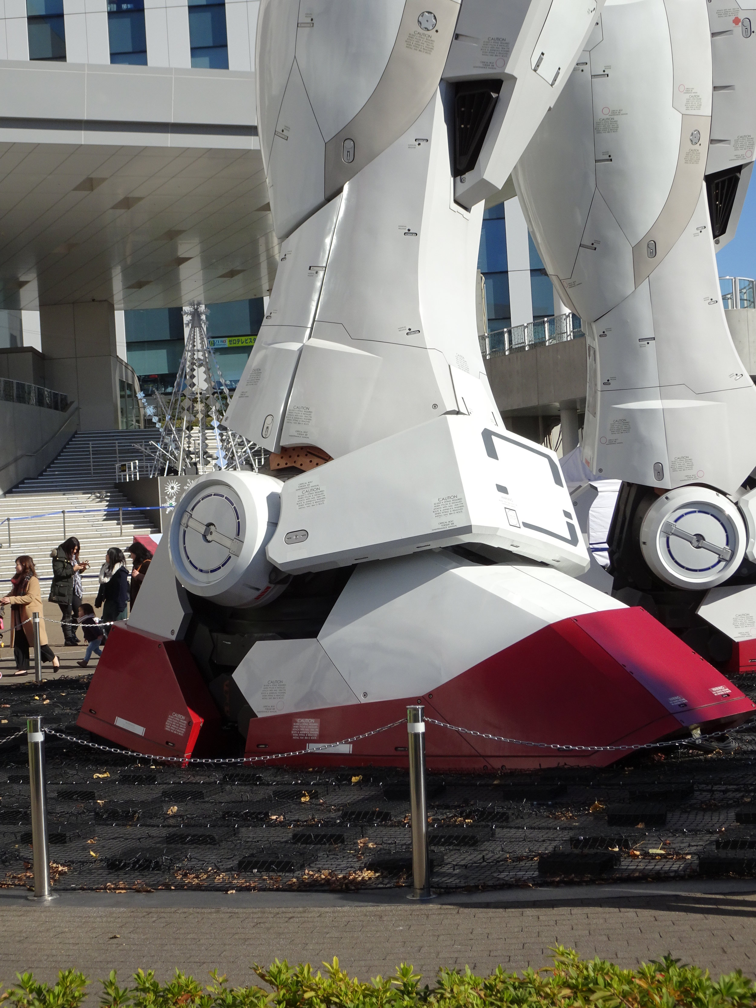 RX-78-2 Gundam 1-1 Statue - 025.jpg