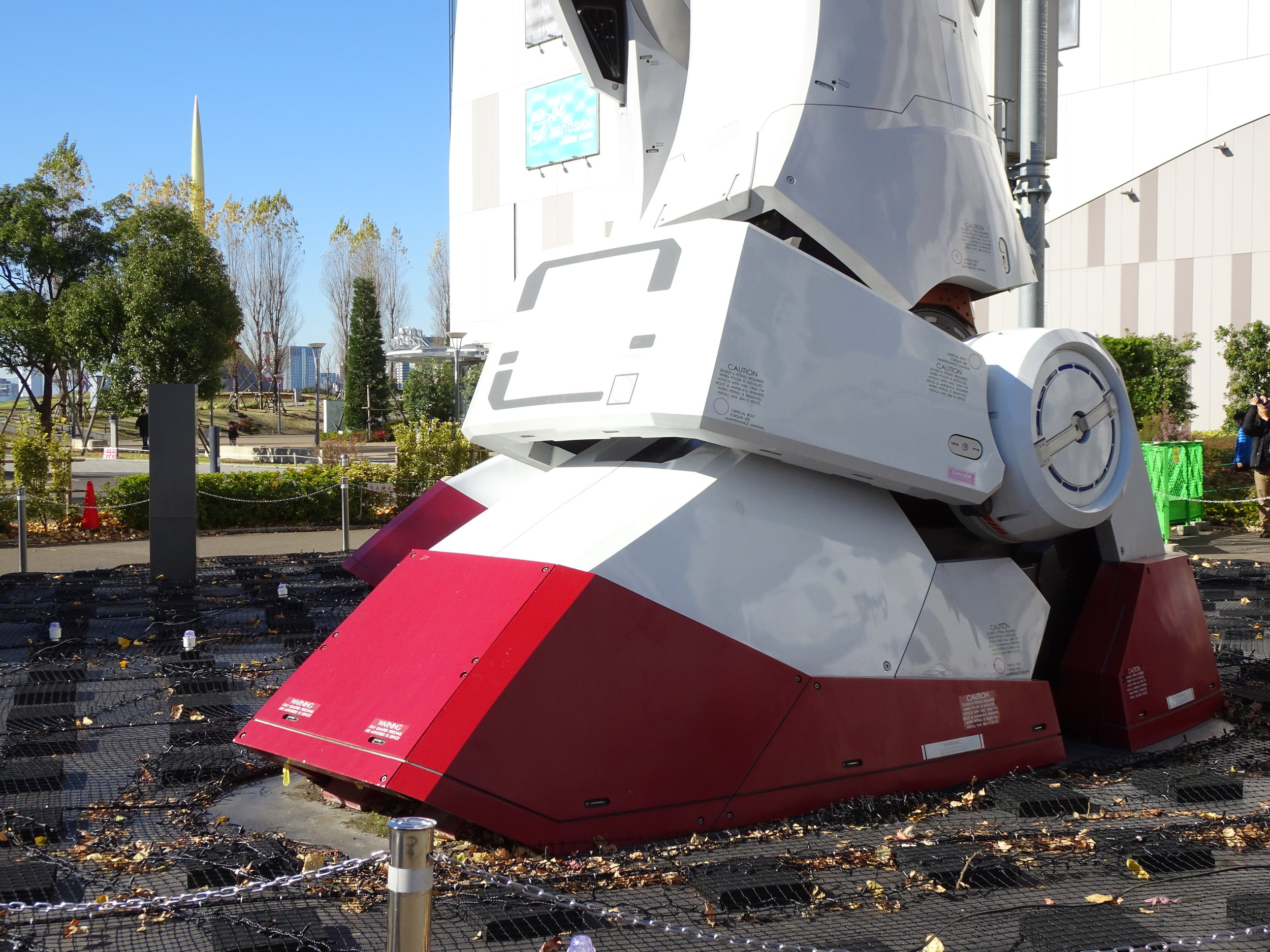 RX-78-2 Gundam 1-1 Statue - 066.jpg