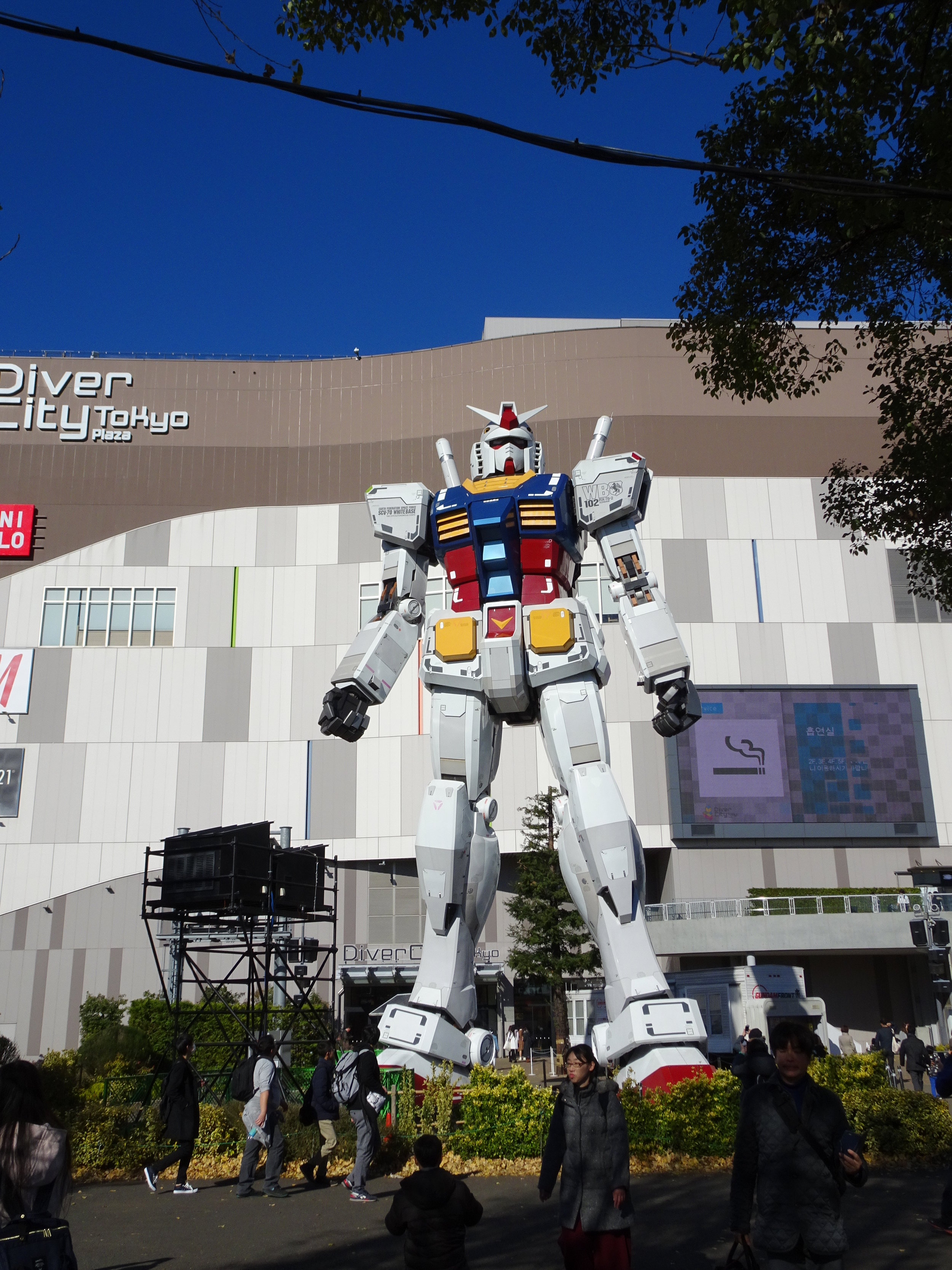 RX-78-2 Gundam 1-1 Statue - 068.jpg