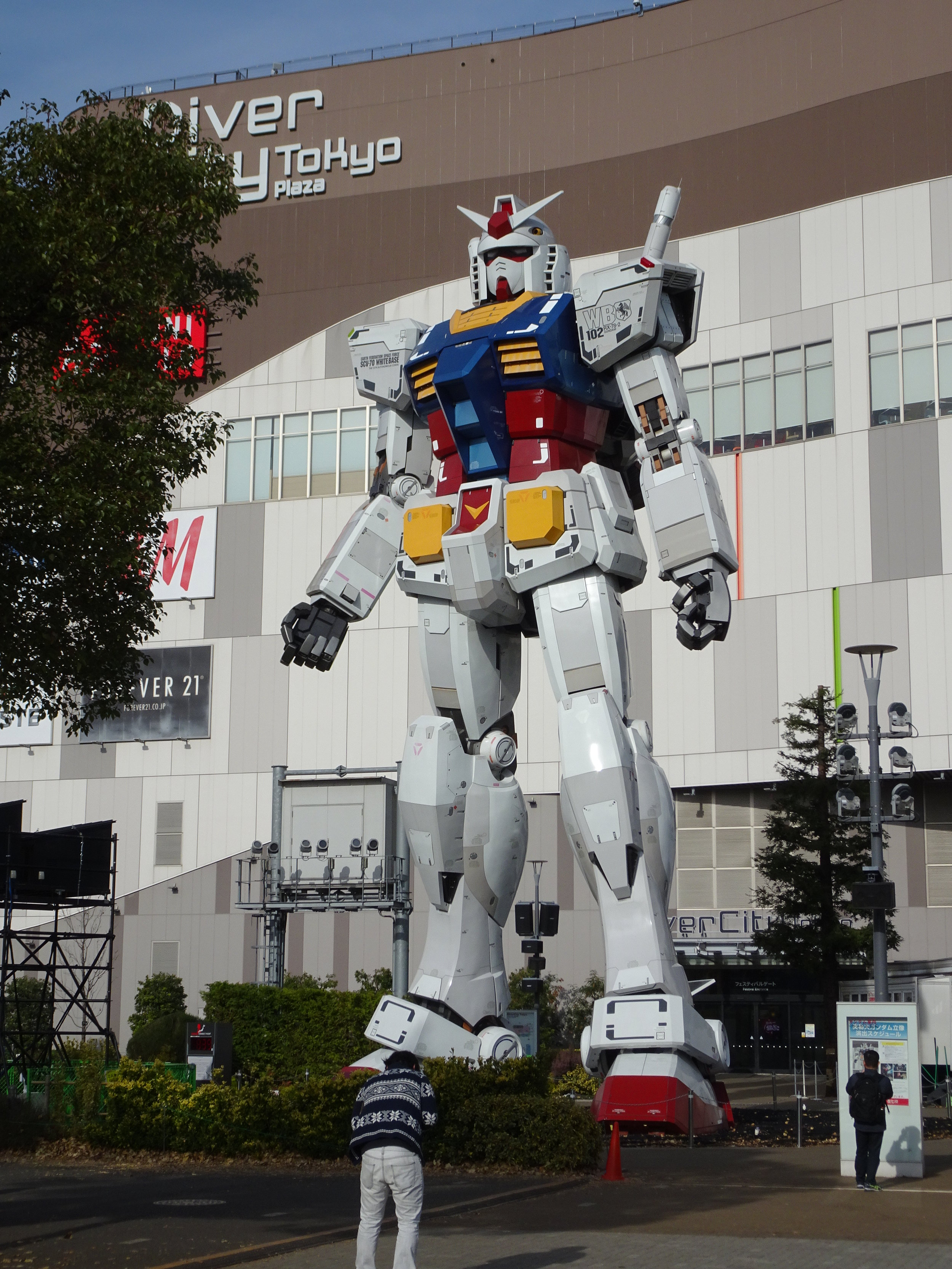 RX-78-2 Gundam 1-1 Statue - 077.jpg