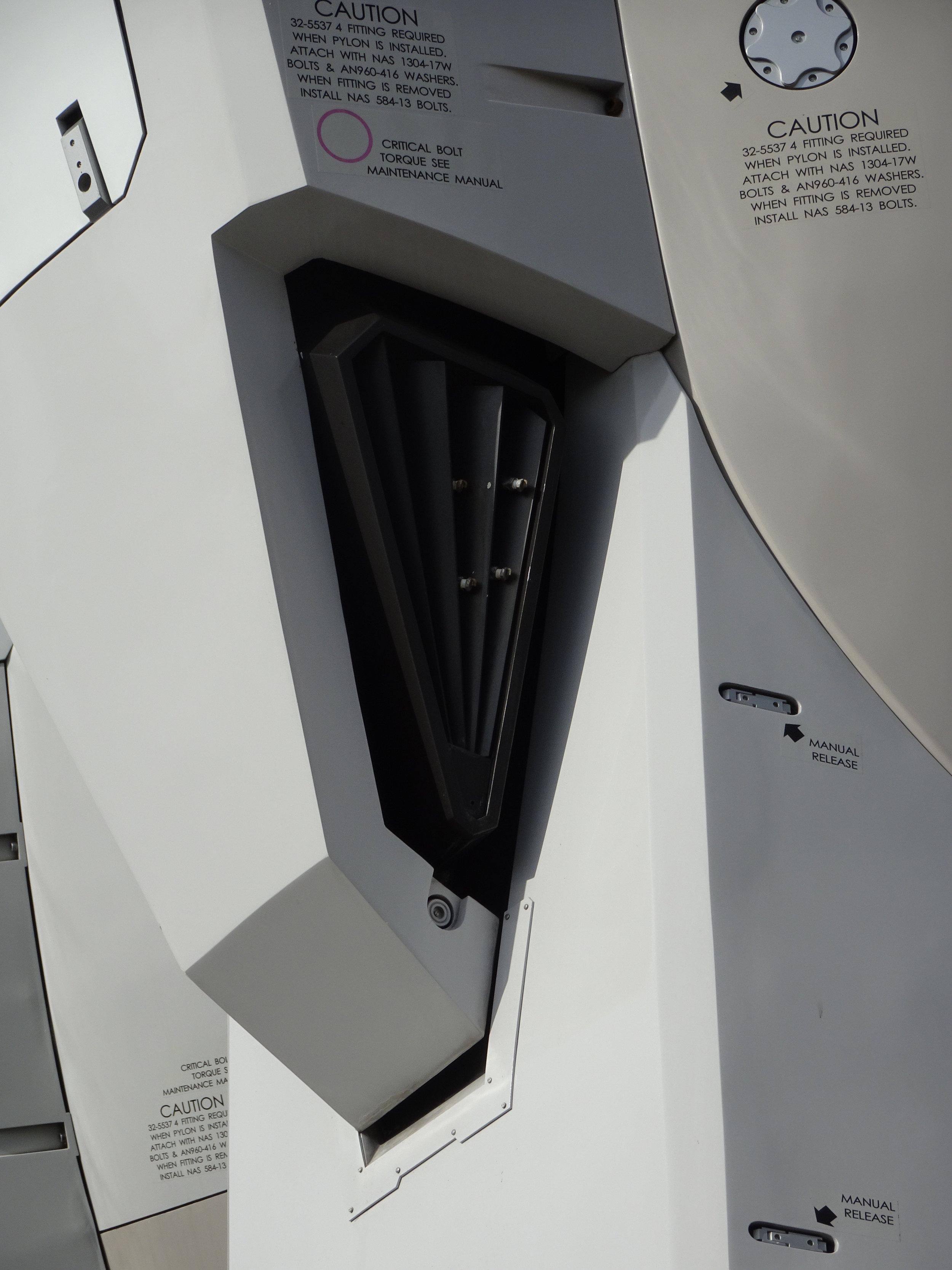 RX-78-2 Gundam 1-1 Statue - 091.jpg