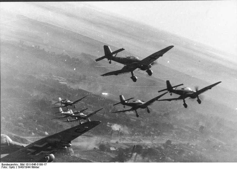 Den första tiden efter nazitysklands anfall mot Sovjetunionen krossades det ryska flygvapnet. Detta gjorde att VDV fick strida som vanliga skyttesoldater.