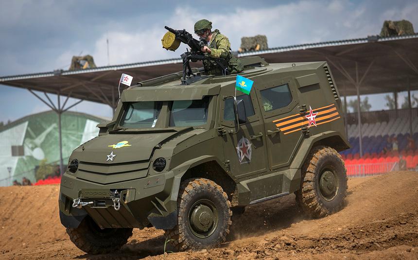 En Iveco tillhörande VDV under uppvisning. Observera granatsprutan som takskytten är beväpnad med. Foto: Plano Brasil