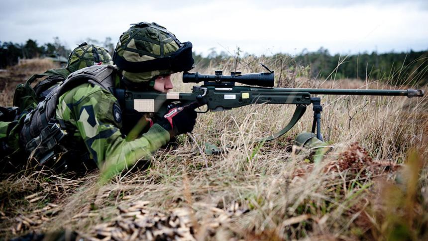 En skarpskytt i försvarsmakten så som vi är vana att se dem under senare år: utrustade med Psg 90. Soldaten på bild ingår i en skyttegrupp och tillhör Södra skånska regementet P7. Foto: Försvarsmakten.