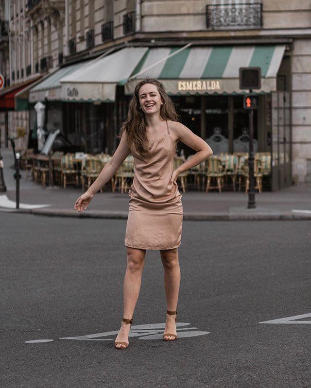 Tout ce que tu crois deviendra vrai ✨ Si tu crois que tout ira bien, que tes rêves se réaliseront, que ta vie sera belle, alors ça arrivera ✨ Il faut parfois un peu de temps et quelques embûches, mais si tu continues d'y croire, ça deviendra vrai ✨ J'ai tenté la robe nuisette mais Coco a dit «on dirait juste que tu vas à un gala en pleine journée» 😂 Vous en pensez quoi ? 🔝 ou 👎🏻 ?  _______________________________________________________________ #satindress #satin #blogueusemode #casualchic #styleinspiration #outfitinspiration #fashionblogger #tenuedujour #look #outfit #ootd #lookoftheday #lookdujour #paris #parisienne #parisianstyle #parisguru #blogueuse #blogger #girlboss #womeninbusiness #entrepreneur #heels #motivation #womensupportingwomen