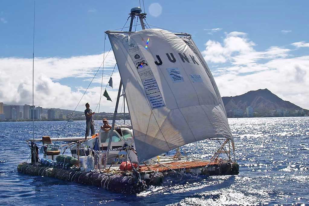 Marcus, Joel Paschal and Anna Cummins sailing the Junk Raft | ©Argonaut