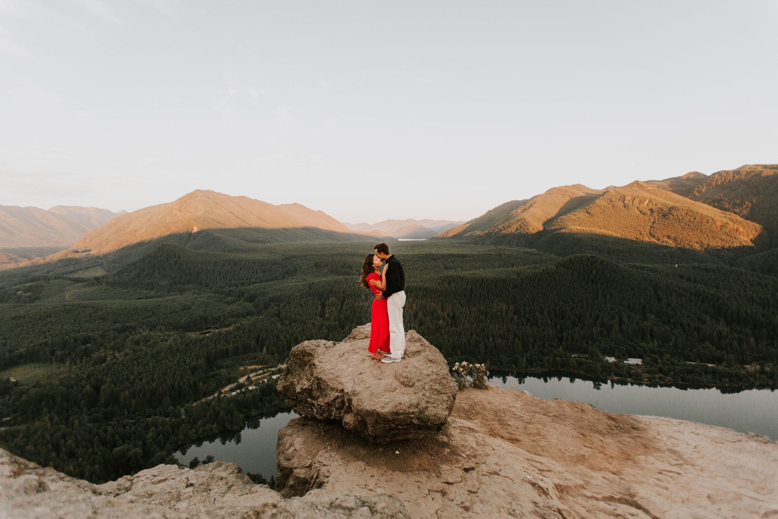 nicole-daacke-photography-rattlesnake-ridge-adventurous-engagement-session-hiking-seattle-washington-destinatino-elopement-intimate-wedding-photographer-3.jpg