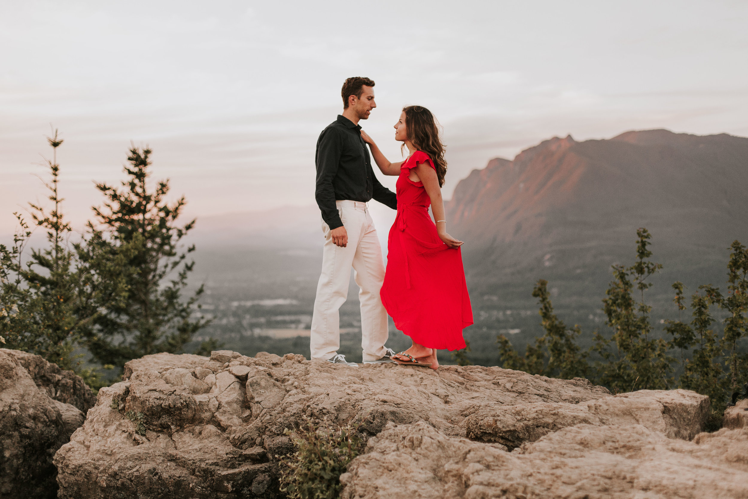 nicole-daacke-photography-rattlesnake-ridge-adventurous-engagement-session-hiking-seattle-washington-destinatino-elopement-intimate-wedding-photographer-18.jpg