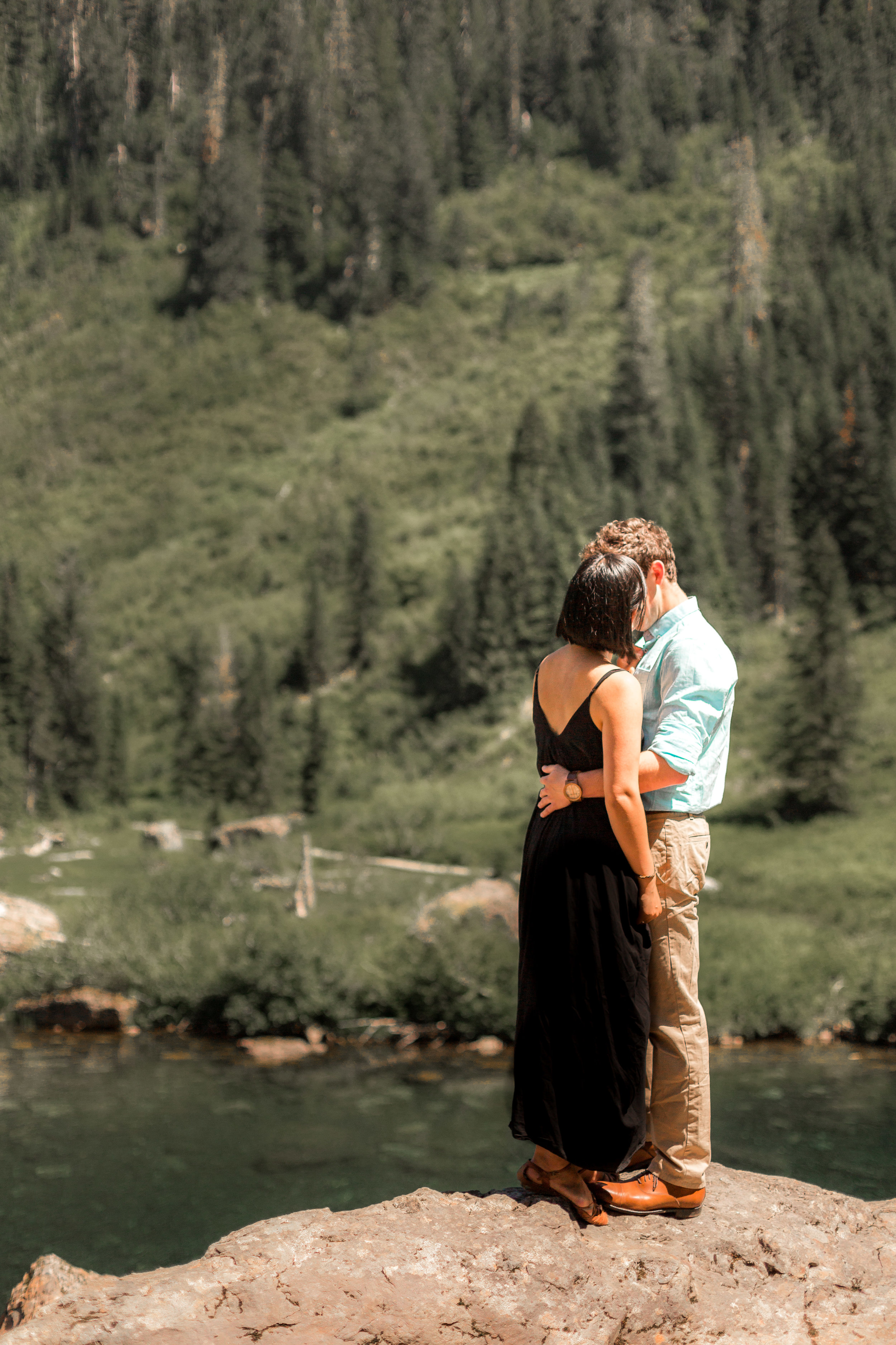 nicole-daacke-photography-hiking-engagement-session-in-snoqualmie-pass-washington-wedding-photographer-seattle-elopement-photography-adventurous-hiking-photos-heather-lake-washington-trails-14.jpg