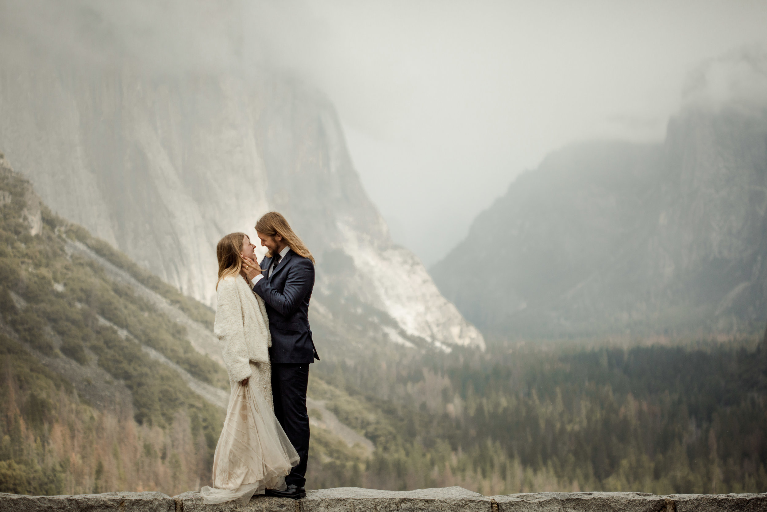 nicole-daacke-photography-yousemite-national-park-elopement-photographer-winter-cloud-moody-elope-inspiration-yosemite-valley-tunnel-view-winter-cloud-fog-weather-wedding-photos-7.jpg
