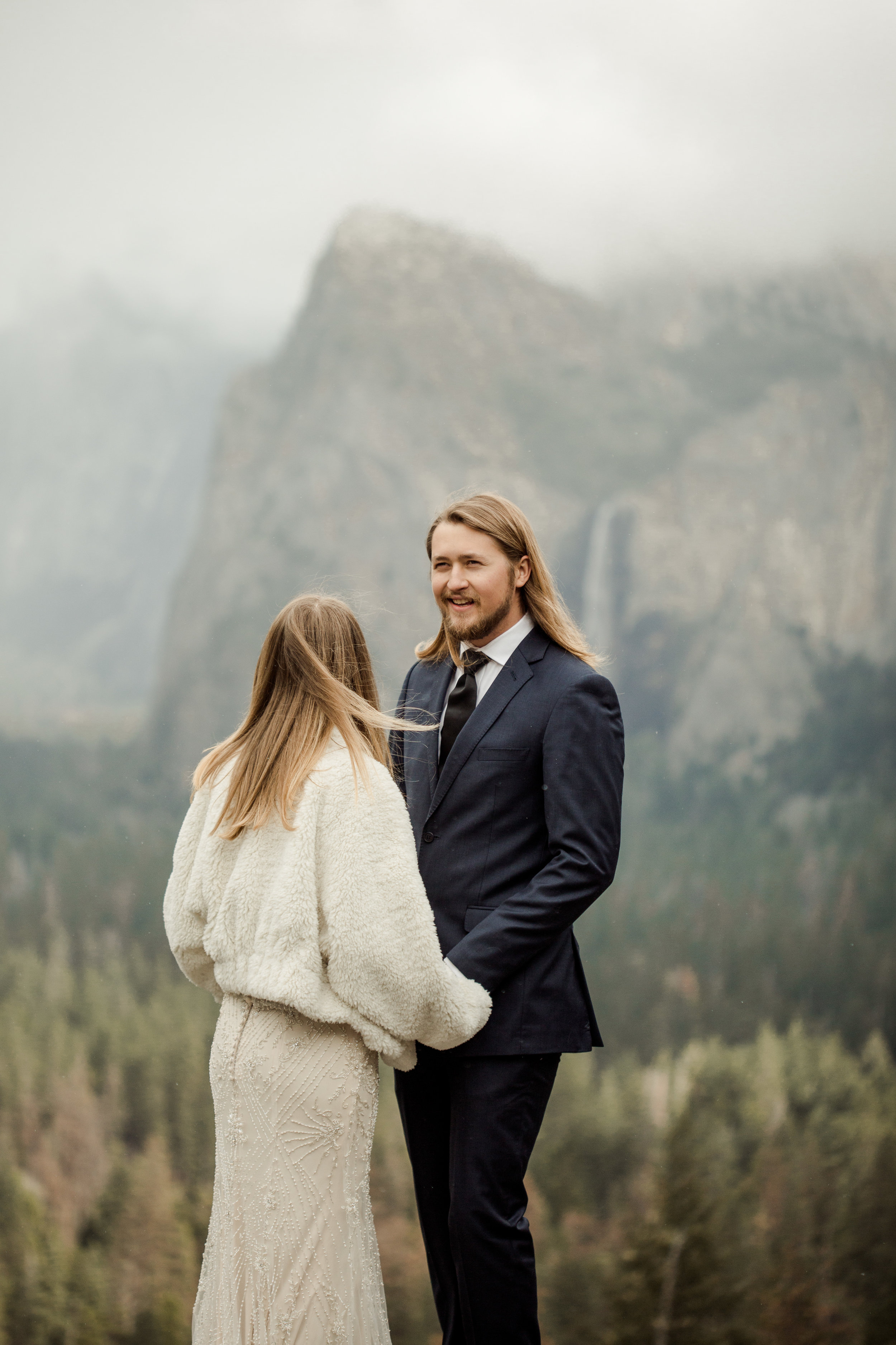 nicole-daacke-photography-yousemite-national-park-elopement-photographer-winter-cloud-moody-elope-inspiration-yosemite-valley-tunnel-view-winter-cloud-fog-weather-wedding-photos-8.jpg