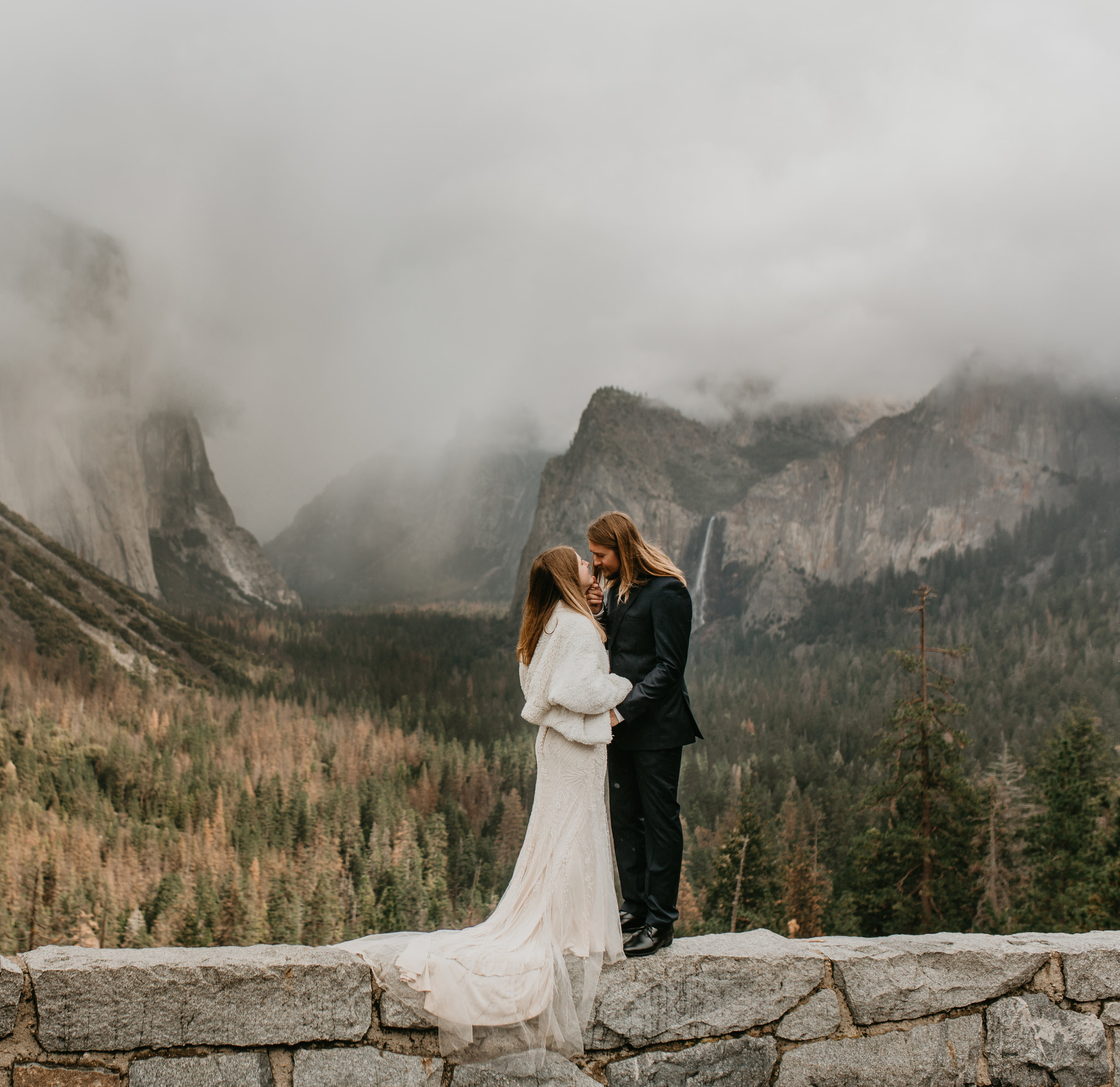 nicole-daacke-photography-yousemite-national-park-elopement-photographer-winter-cloud-moody-elope-inspiration-yosemite-valley-tunnel-view-winter-cloud-fog-weather-wedding-photos-11.jpg