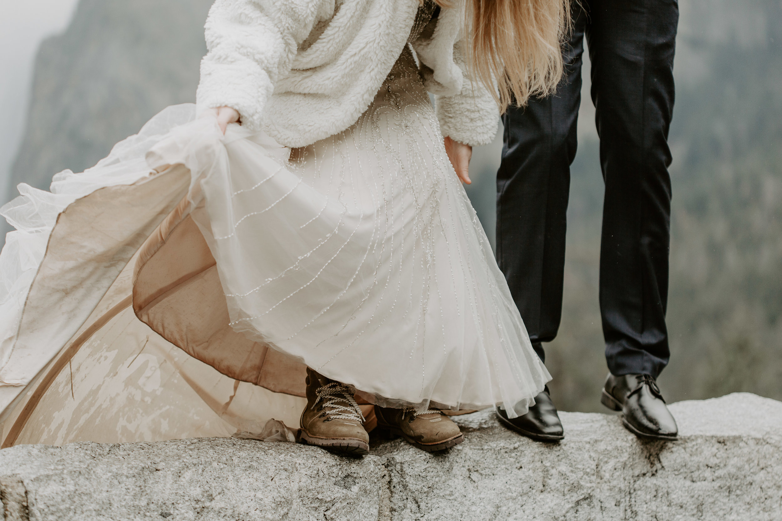 nicole-daacke-photography-yousemite-national-park-elopement-photographer-winter-cloud-moody-elope-inspiration-yosemite-valley-tunnel-view-winter-cloud-fog-weather-wedding-photos-15.jpg