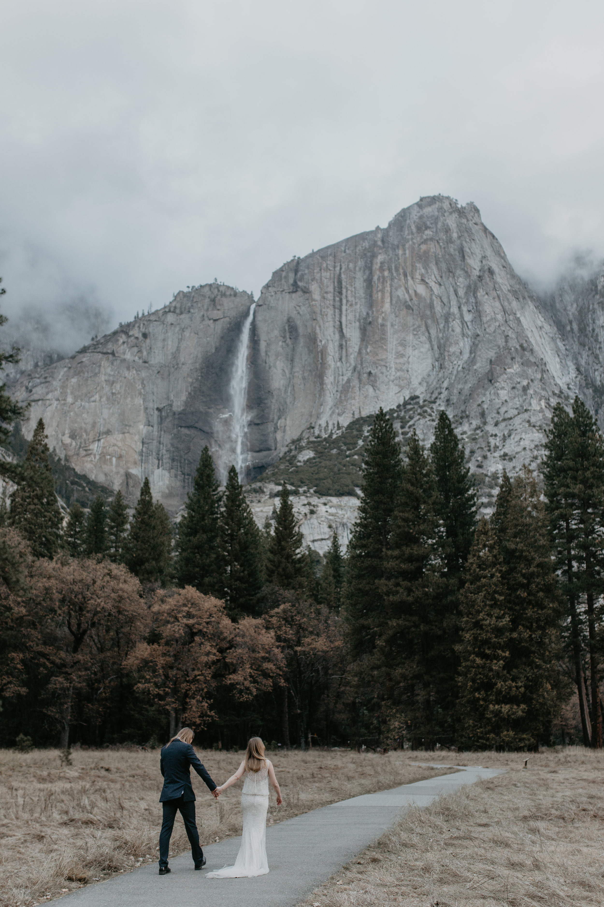 nicole-daacke-photography-yousemite-national-park-elopement-photographer-winter-cloud-moody-elope-inspiration-yosemite-valley-tunnel-view-winter-cloud-fog-weather-wedding-photos-21.jpg