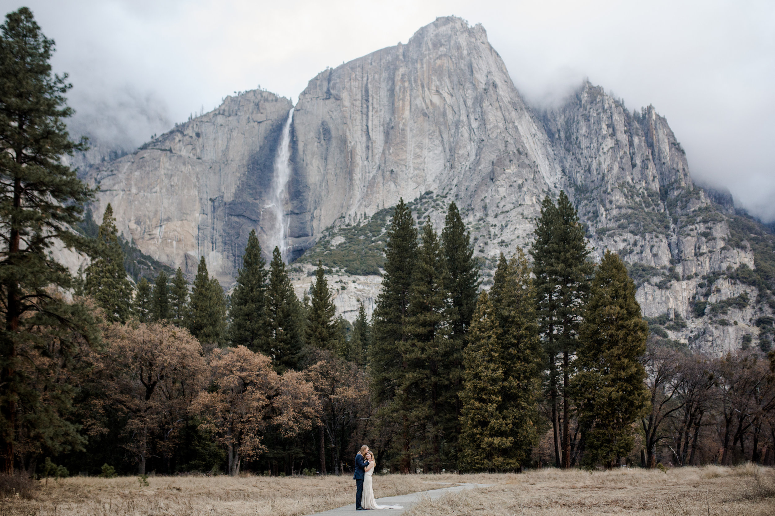 nicole-daacke-photography-yousemite-national-park-elopement-photographer-winter-cloud-moody-elope-inspiration-yosemite-valley-tunnel-view-winter-cloud-fog-weather-wedding-photos-23.jpg