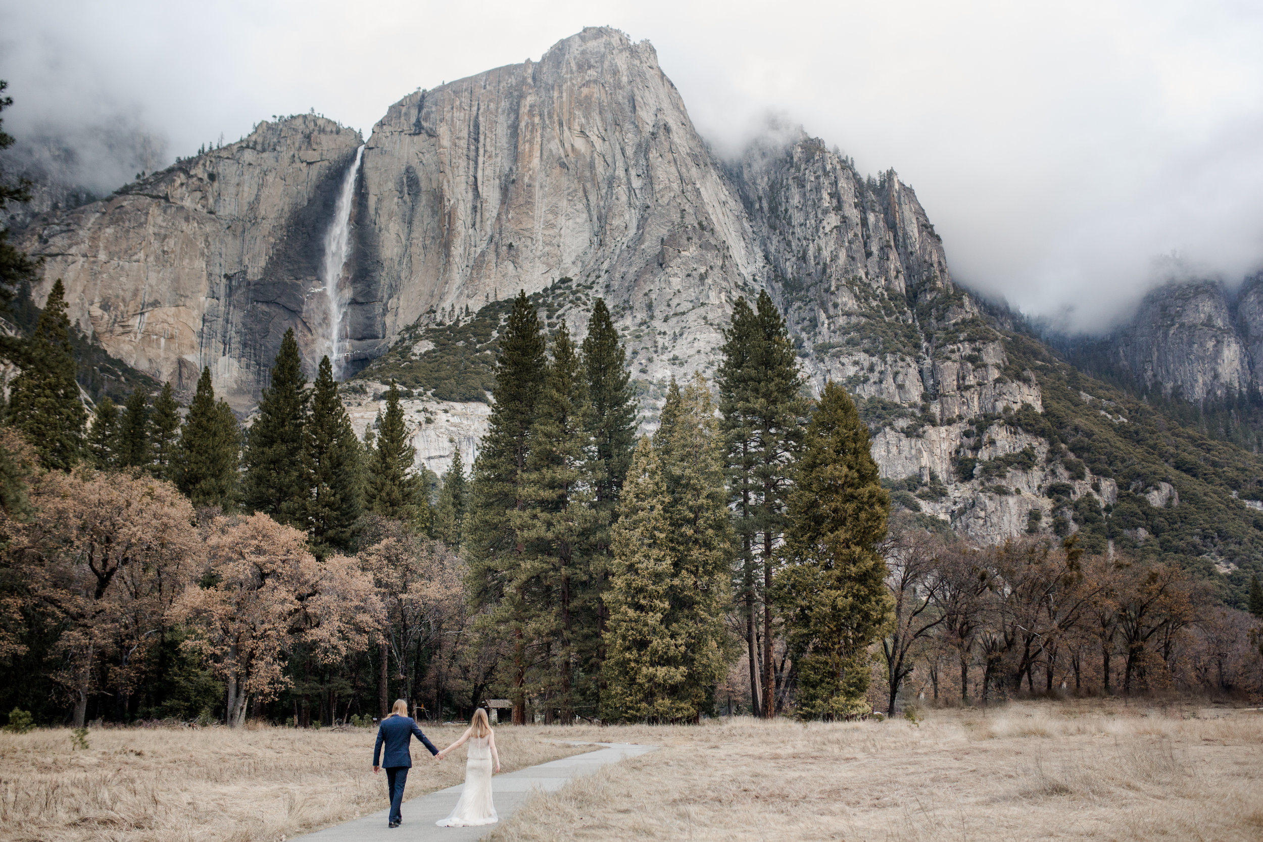 nicole-daacke-photography-yousemite-national-park-elopement-photographer-winter-cloud-moody-elope-inspiration-yosemite-valley-tunnel-view-winter-cloud-fog-weather-wedding-photos-22.jpg