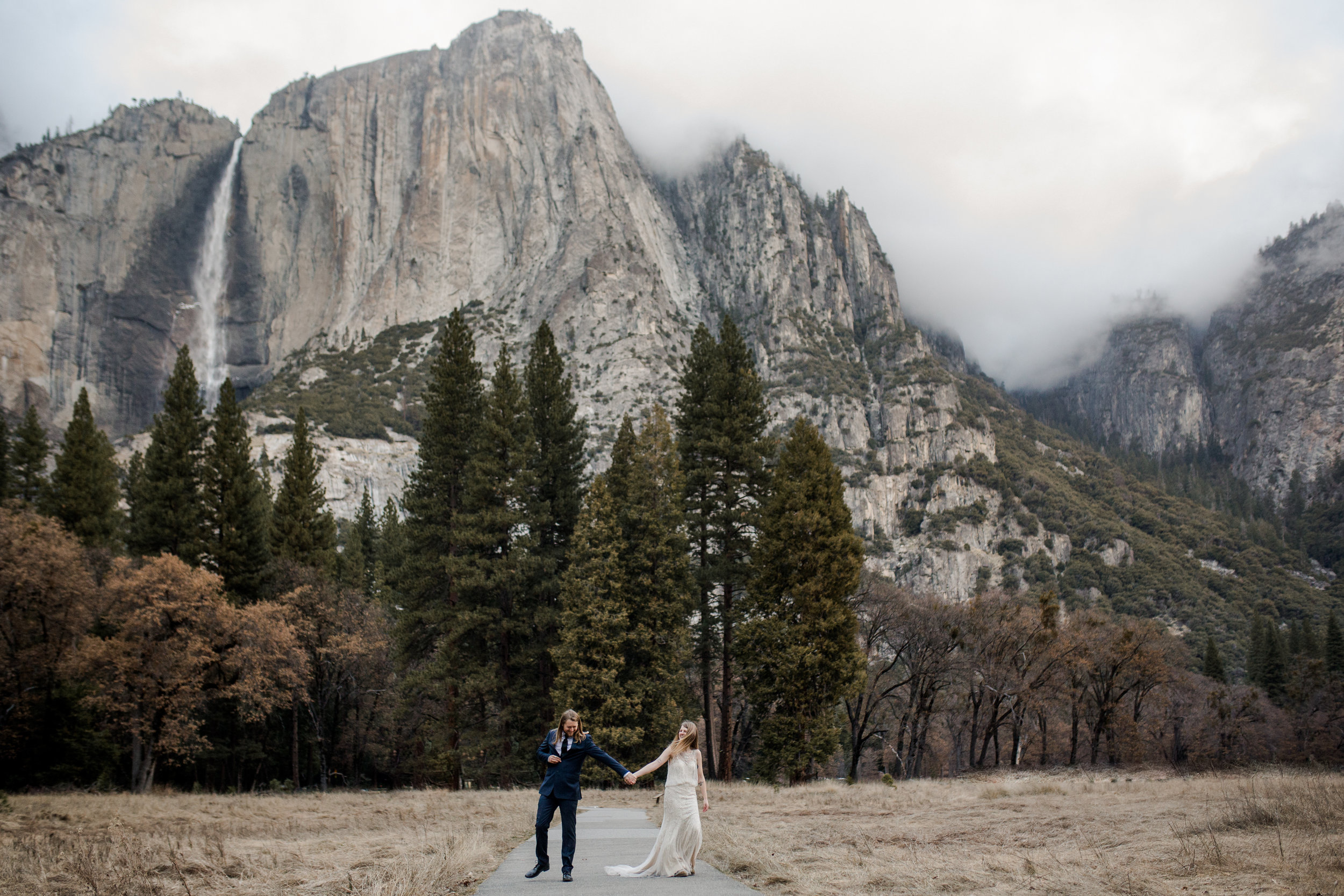 nicole-daacke-photography-yousemite-national-park-elopement-photographer-winter-cloud-moody-elope-inspiration-yosemite-valley-tunnel-view-winter-cloud-fog-weather-wedding-photos-25.jpg