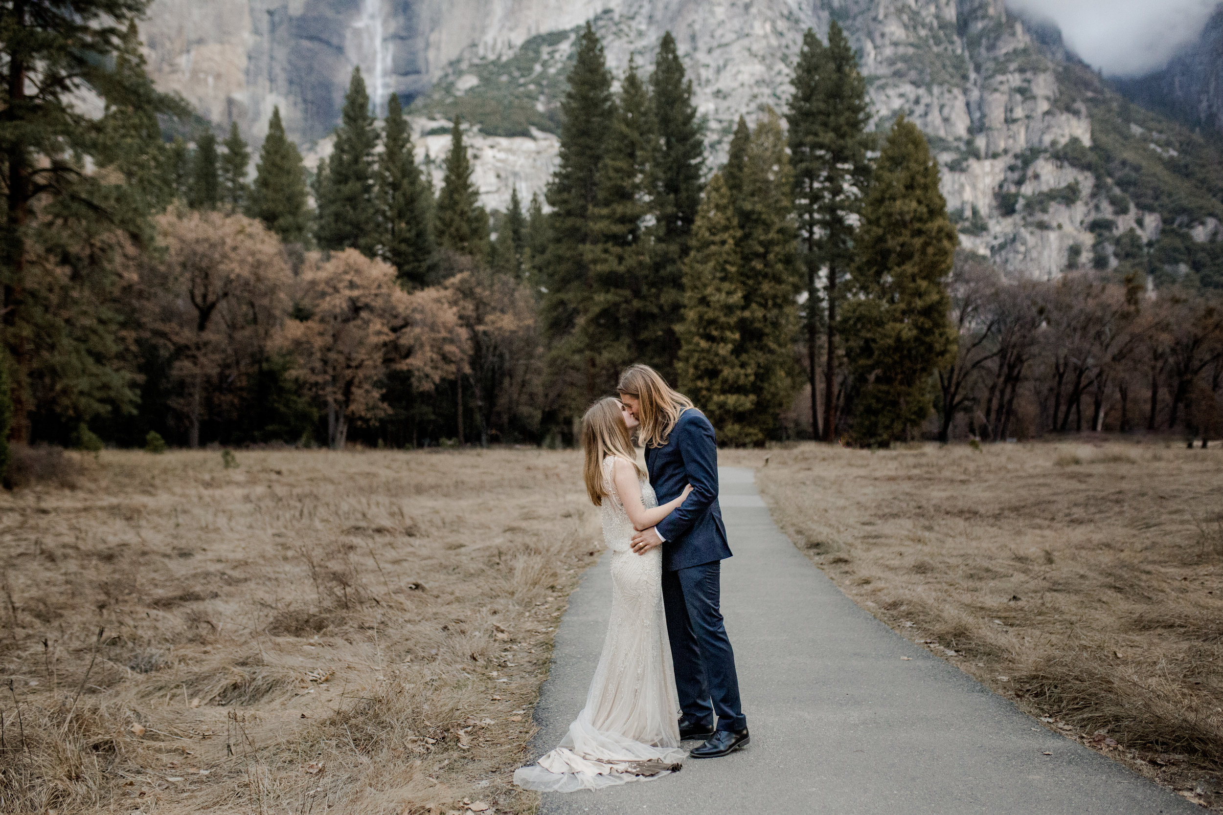 nicole-daacke-photography-yousemite-national-park-elopement-photographer-winter-cloud-moody-elope-inspiration-yosemite-valley-tunnel-view-winter-cloud-fog-weather-wedding-photos-28.jpg