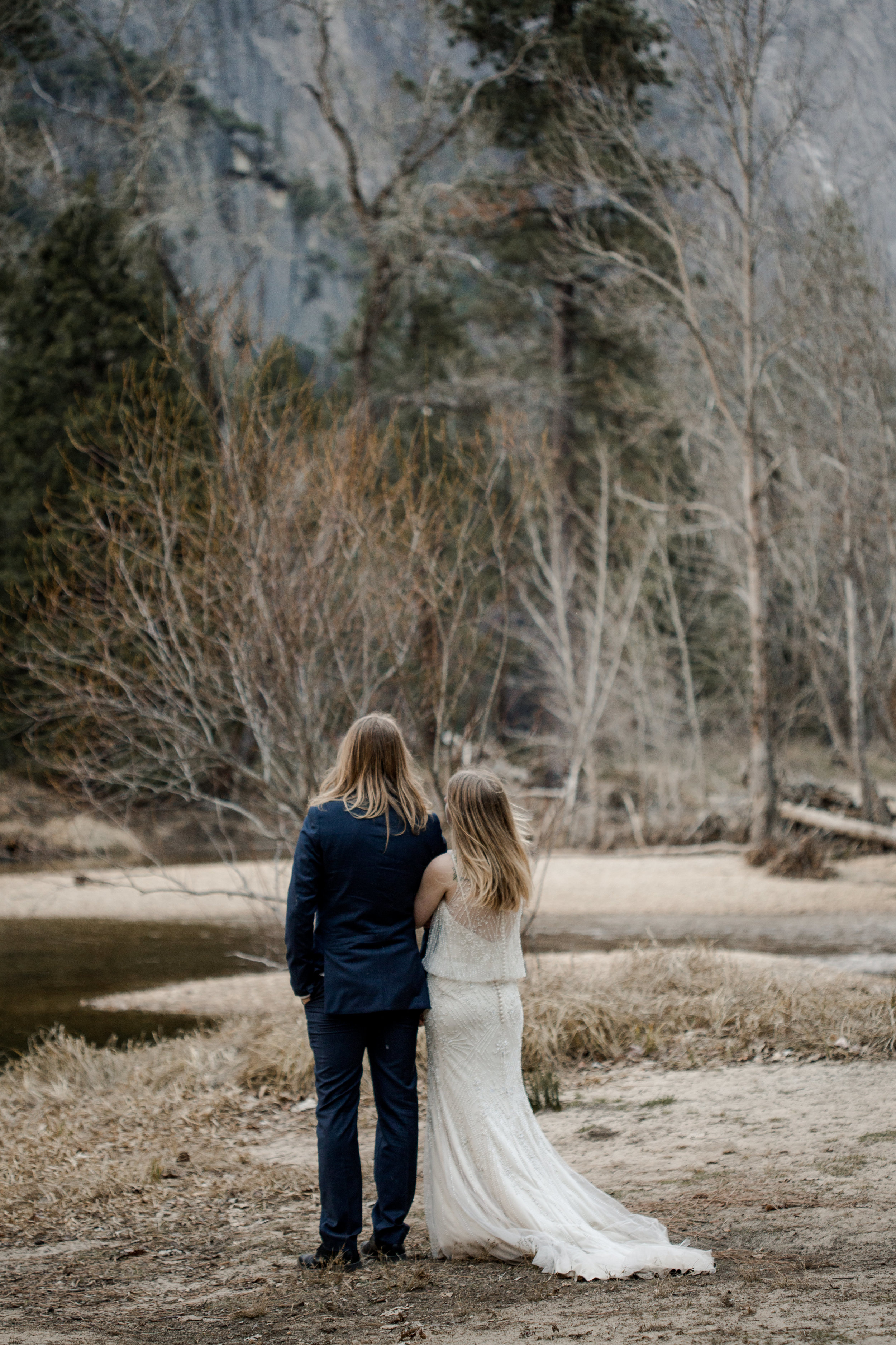 nicole-daacke-photography-yousemite-national-park-elopement-photographer-winter-cloud-moody-elope-inspiration-yosemite-valley-tunnel-view-winter-cloud-fog-weather-wedding-photos-30.jpg