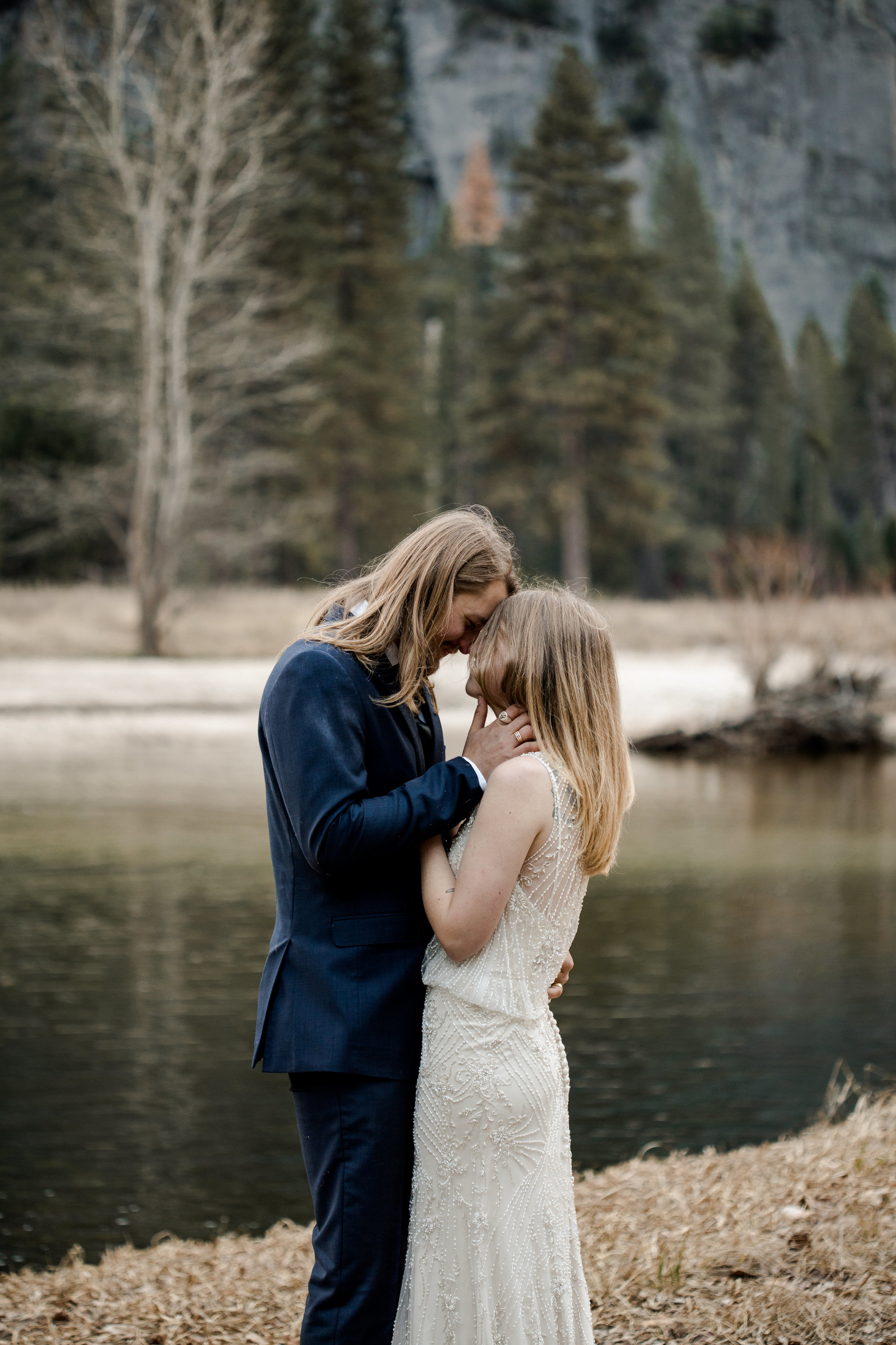 nicole-daacke-photography-yousemite-national-park-elopement-photographer-winter-cloud-moody-elope-inspiration-yosemite-valley-tunnel-view-winter-cloud-fog-weather-wedding-photos-33.jpg