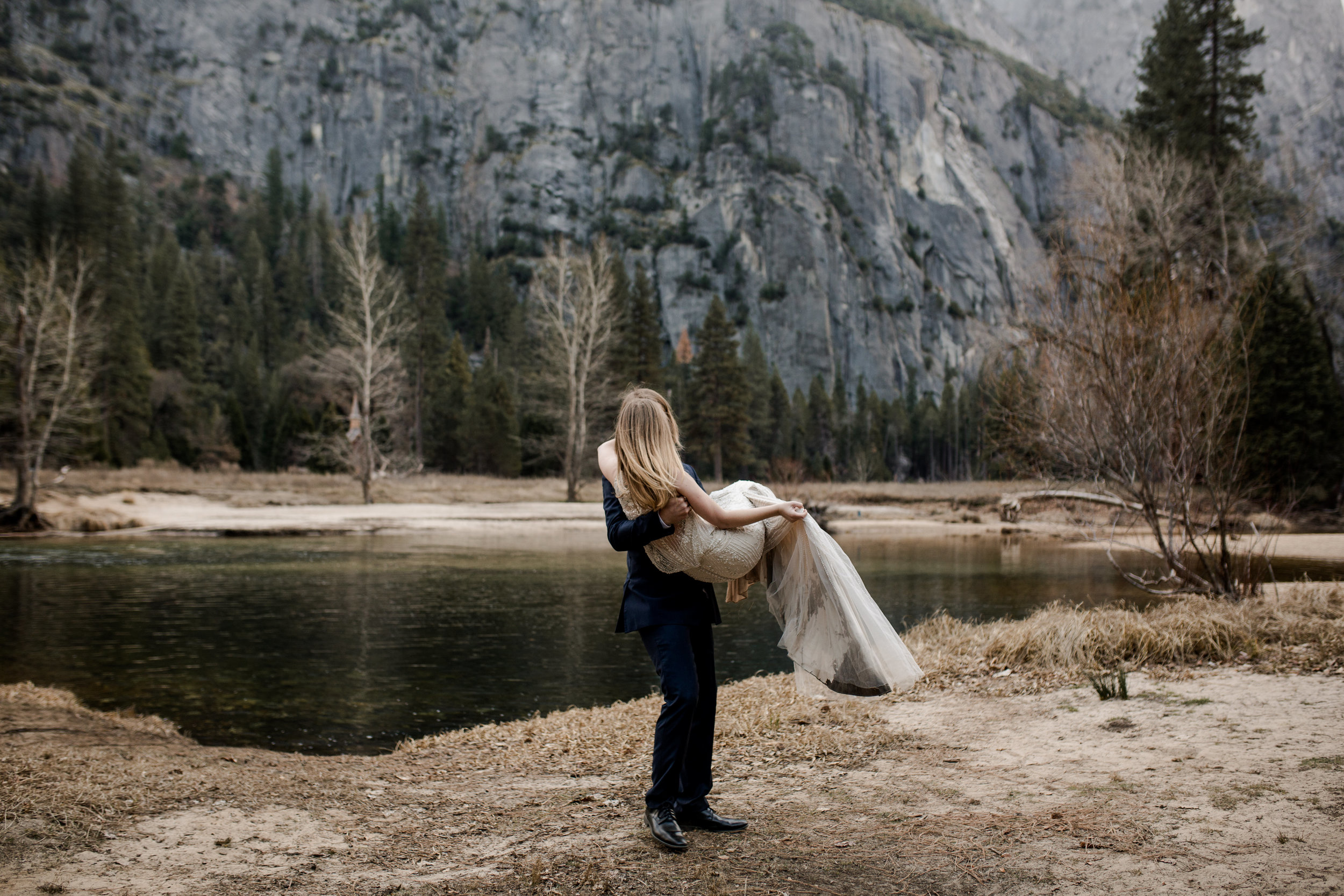 nicole-daacke-photography-yousemite-national-park-elopement-photographer-winter-cloud-moody-elope-inspiration-yosemite-valley-tunnel-view-winter-cloud-fog-weather-wedding-photos-40.jpg