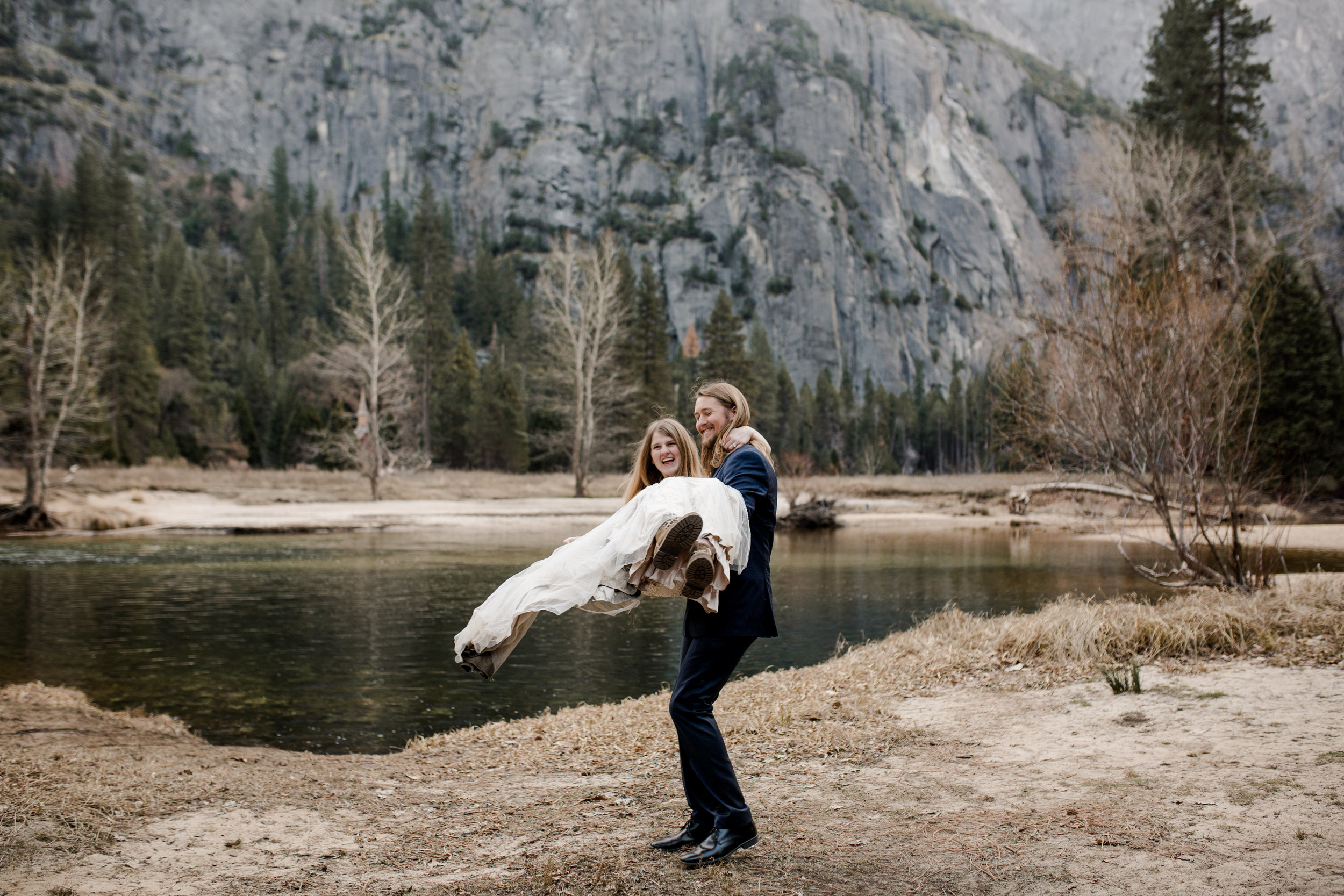 nicole-daacke-photography-yousemite-national-park-elopement-photographer-winter-cloud-moody-elope-inspiration-yosemite-valley-tunnel-view-winter-cloud-fog-weather-wedding-photos-39.jpg