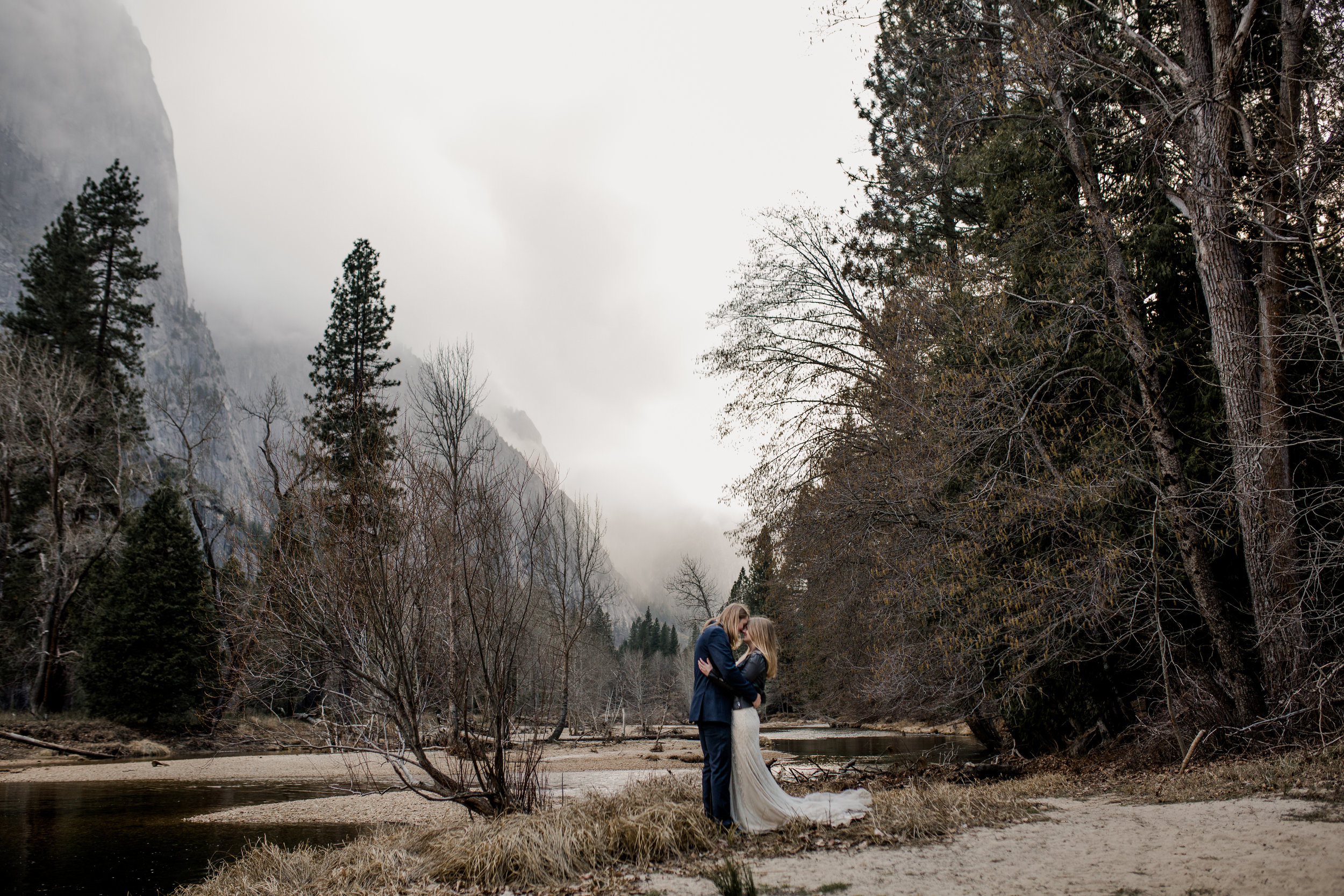 nicole-daacke-photography-yousemite-national-park-elopement-photographer-winter-cloud-moody-elope-inspiration-yosemite-valley-tunnel-view-winter-cloud-fog-weather-wedding-photos-44.jpg