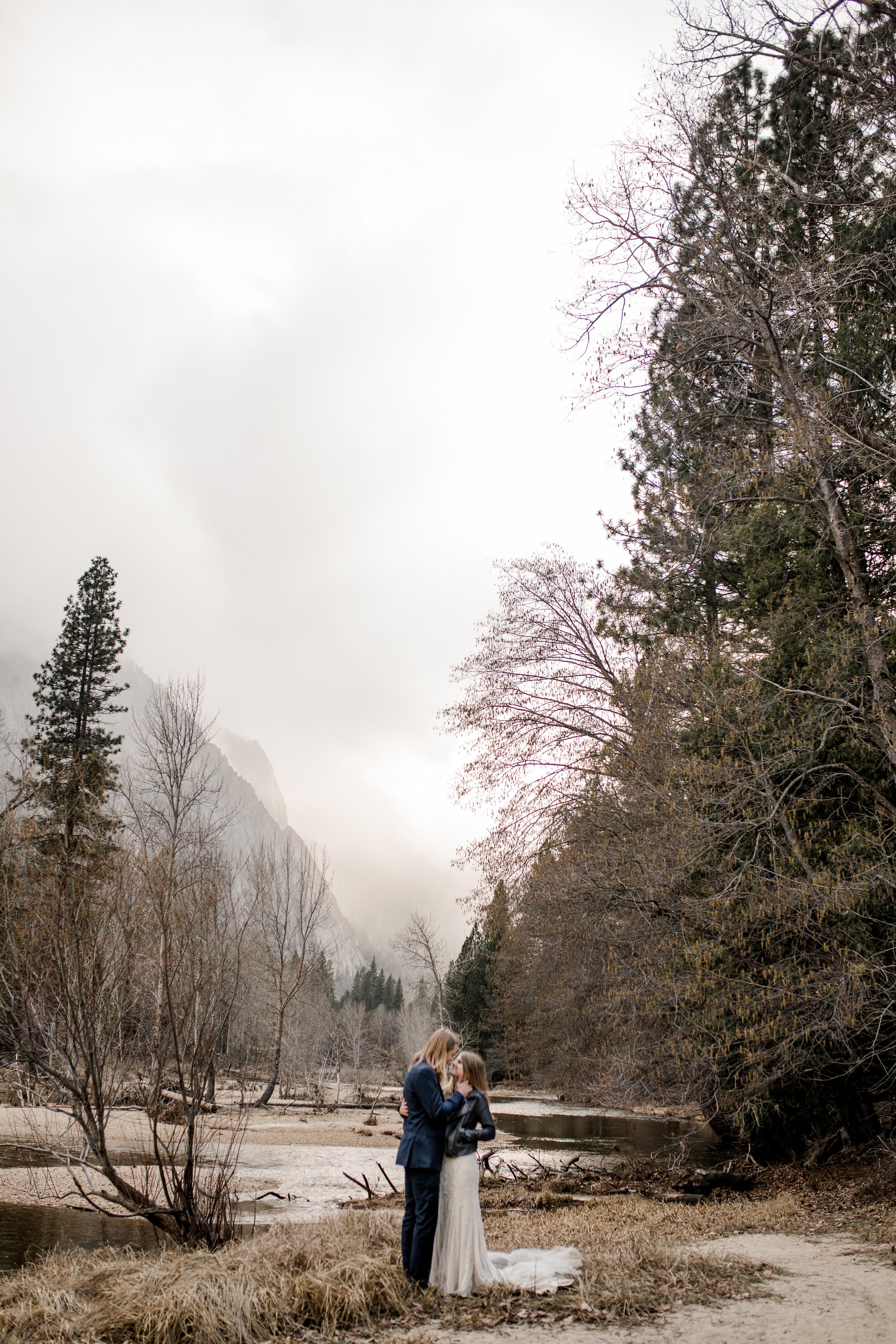 nicole-daacke-photography-yousemite-national-park-elopement-photographer-winter-cloud-moody-elope-inspiration-yosemite-valley-tunnel-view-winter-cloud-fog-weather-wedding-photos-45.jpg