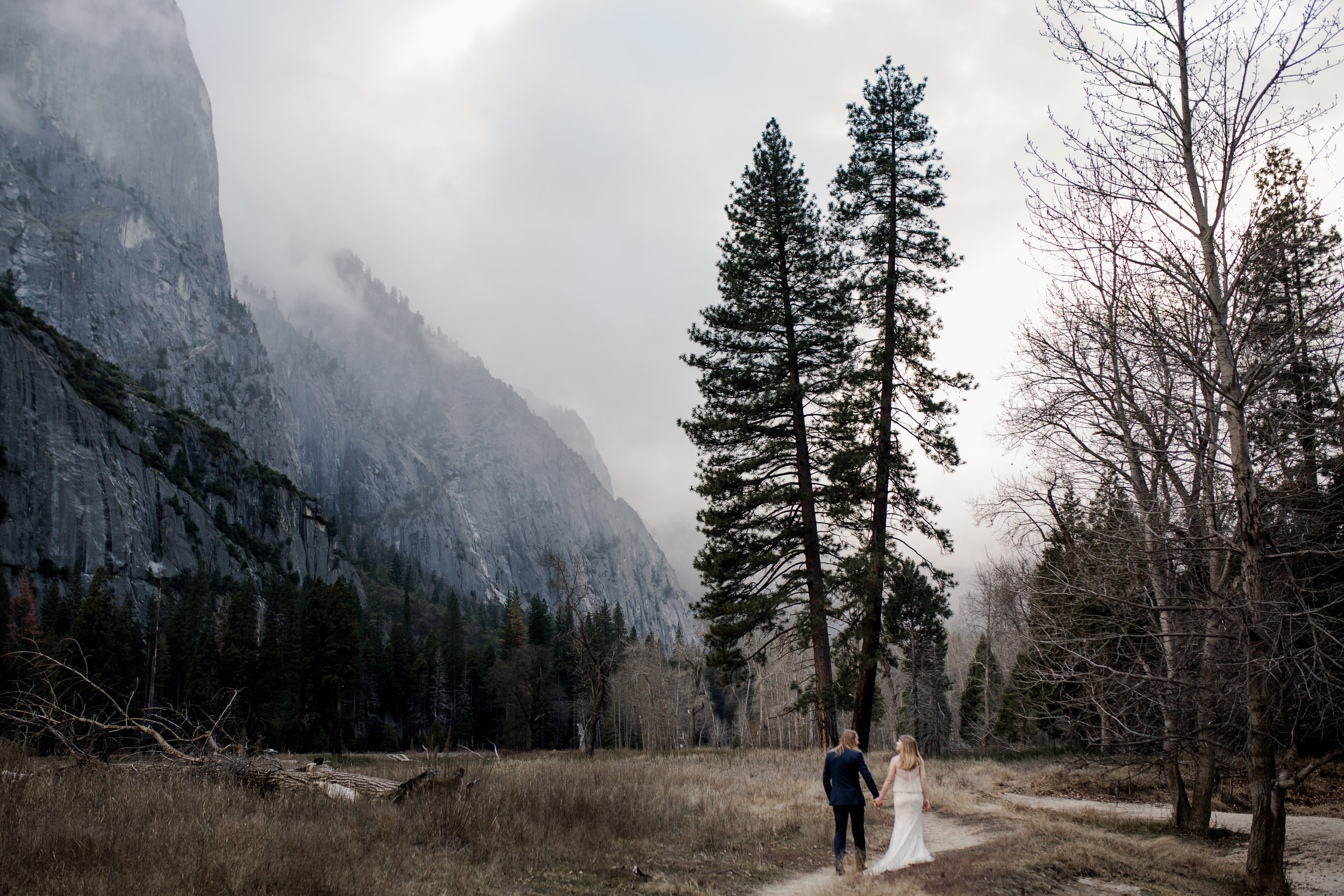 nicole-daacke-photography-yousemite-national-park-elopement-photographer-winter-cloud-moody-elope-inspiration-yosemite-valley-tunnel-view-winter-cloud-fog-weather-wedding-photos-56.jpg