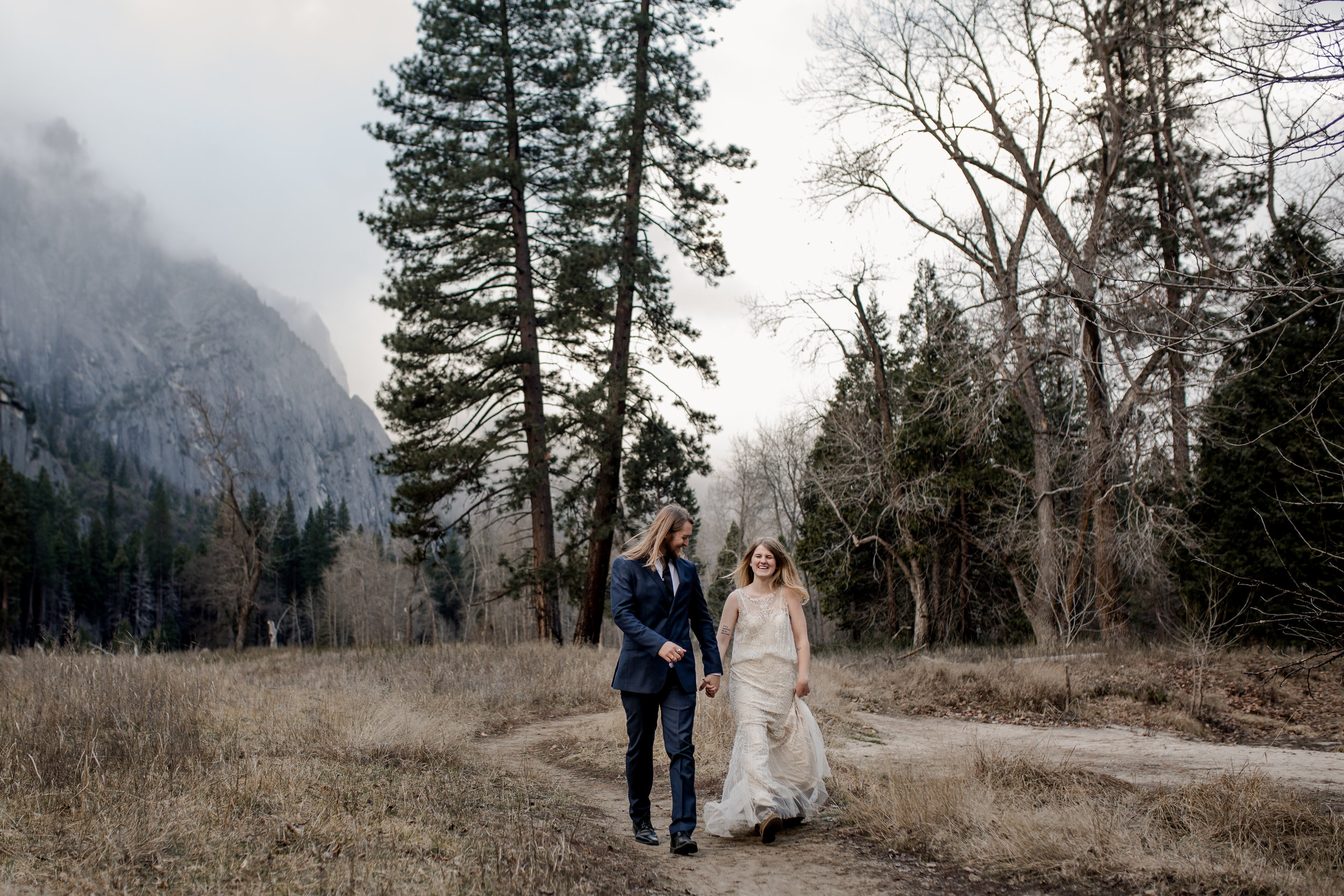 nicole-daacke-photography-yousemite-national-park-elopement-photographer-winter-cloud-moody-elope-inspiration-yosemite-valley-tunnel-view-winter-cloud-fog-weather-wedding-photos-61.jpg