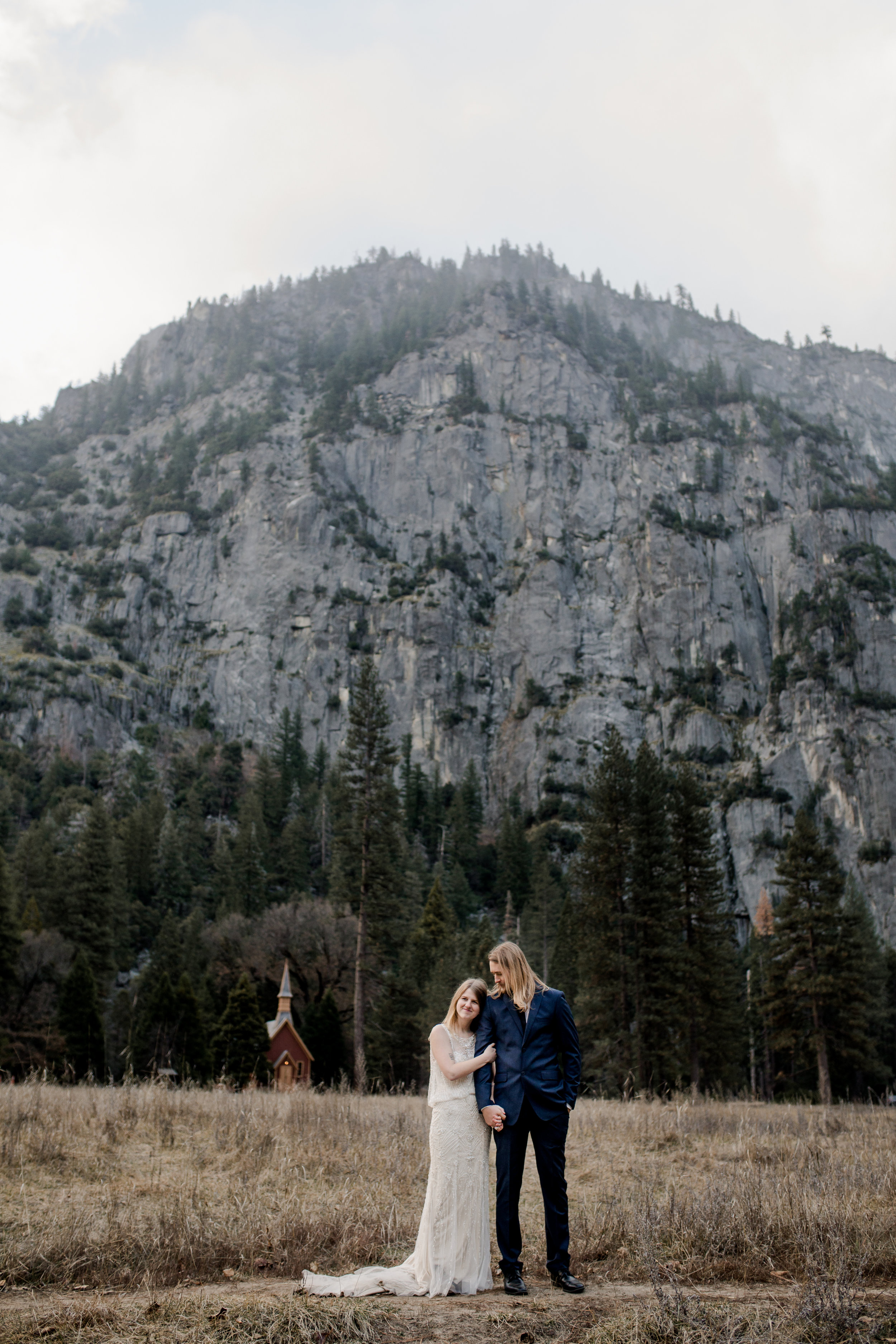 nicole-daacke-photography-yousemite-national-park-elopement-photographer-winter-cloud-moody-elope-inspiration-yosemite-valley-tunnel-view-winter-cloud-fog-weather-wedding-photos-63.jpg