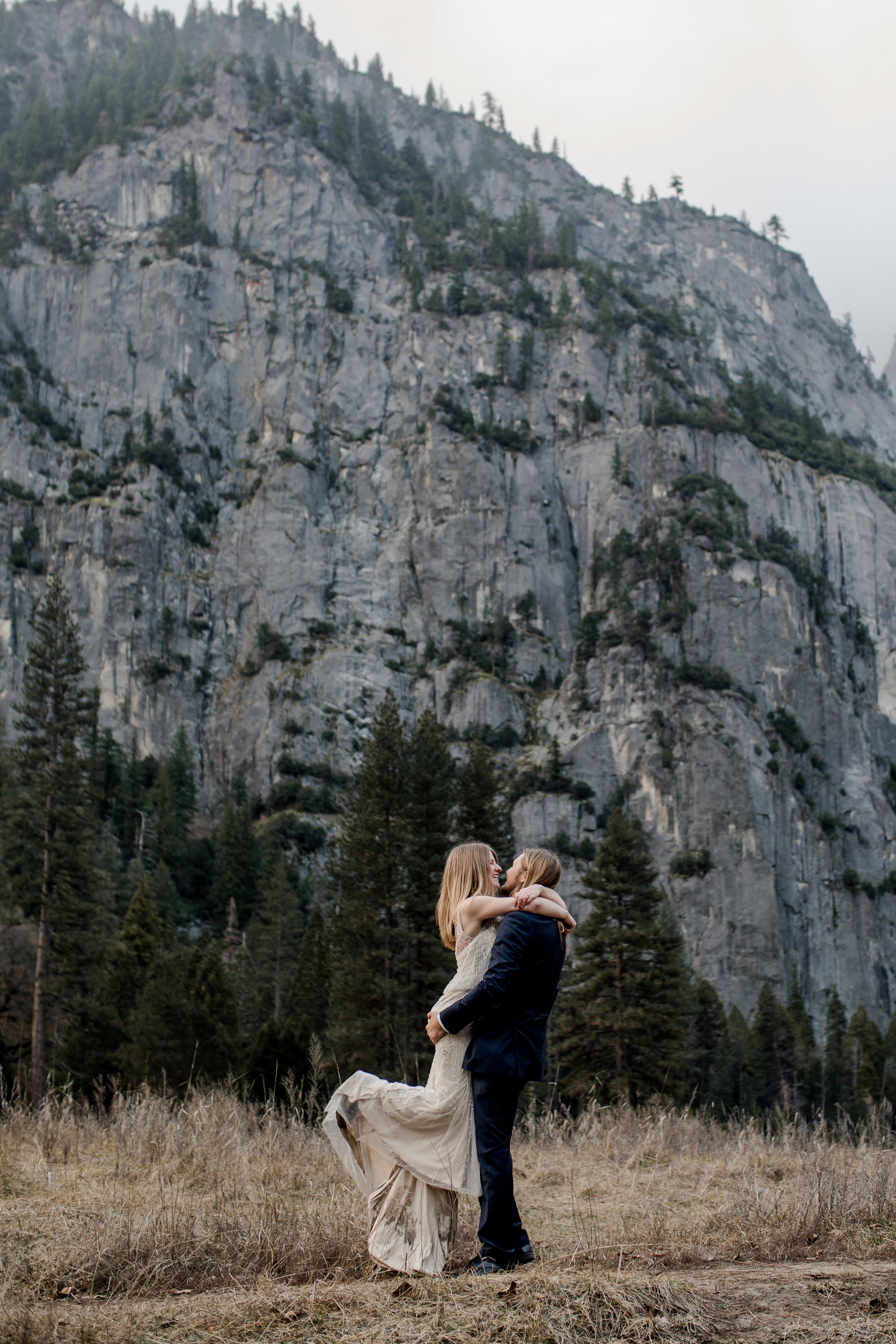 nicole-daacke-photography-yousemite-national-park-elopement-photographer-winter-cloud-moody-elope-inspiration-yosemite-valley-tunnel-view-winter-cloud-fog-weather-wedding-photos-69.jpg