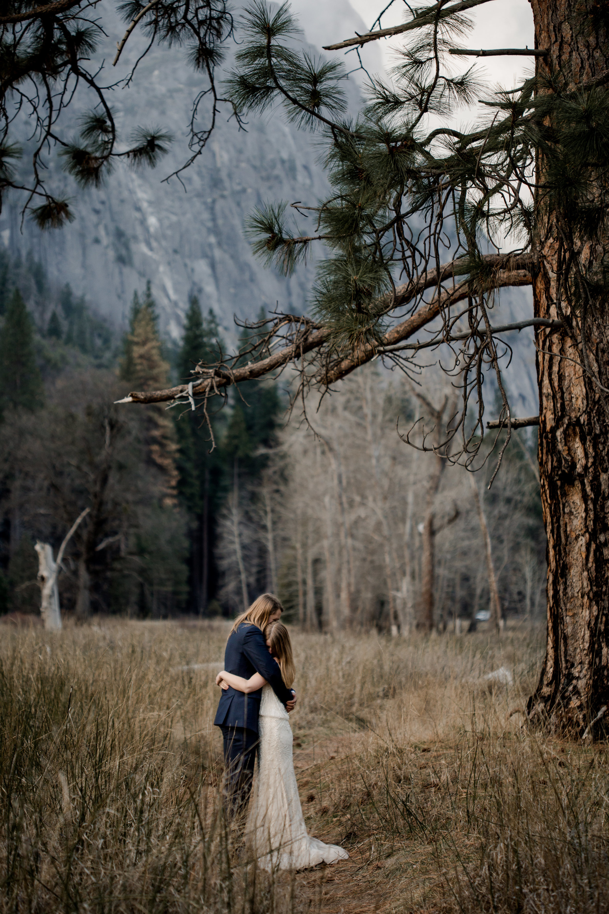nicole-daacke-photography-yousemite-national-park-elopement-photographer-winter-cloud-moody-elope-inspiration-yosemite-valley-tunnel-view-winter-cloud-fog-weather-wedding-photos-72.jpg