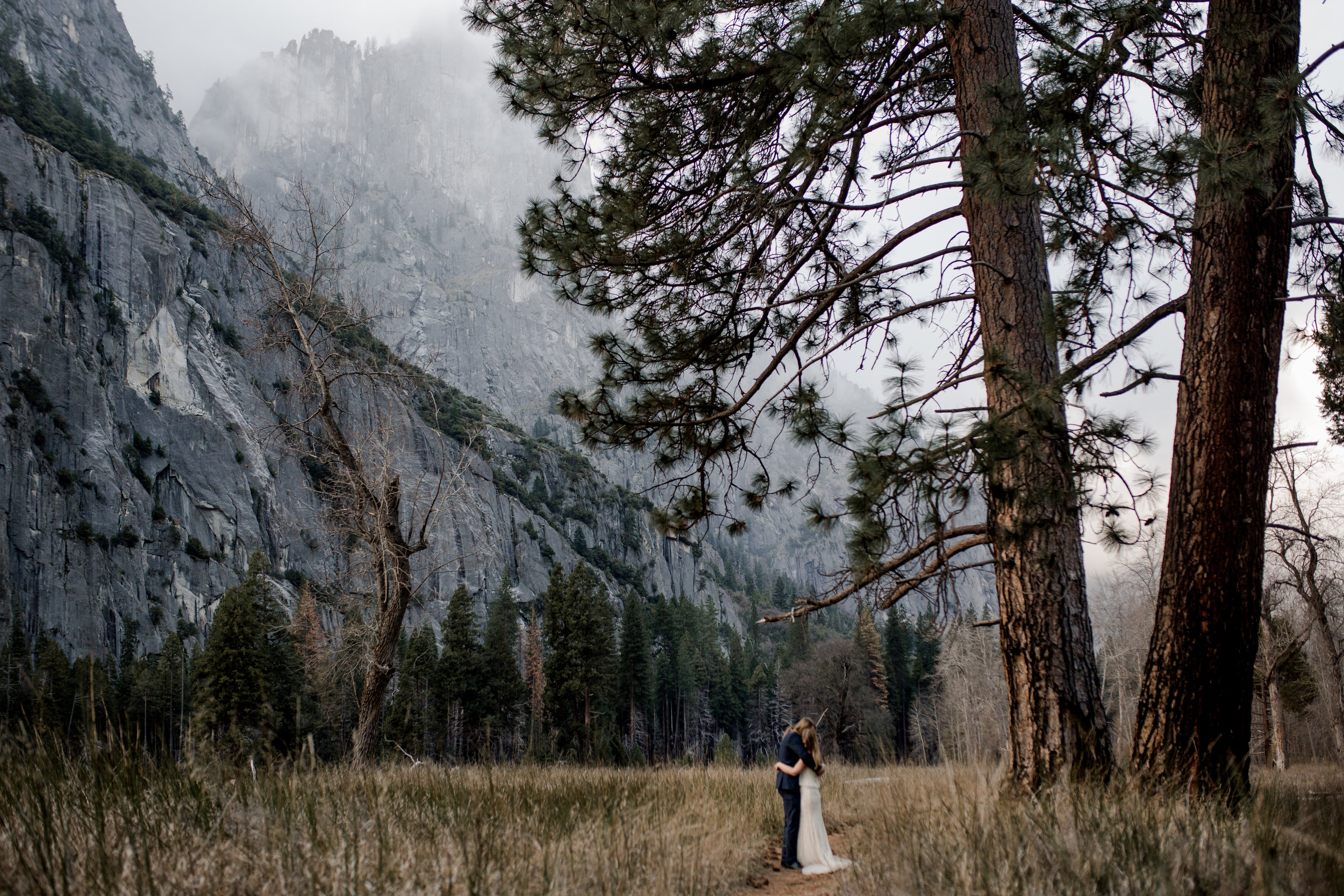 nicole-daacke-photography-yousemite-national-park-elopement-photographer-winter-cloud-moody-elope-inspiration-yosemite-valley-tunnel-view-winter-cloud-fog-weather-wedding-photos-75.jpg