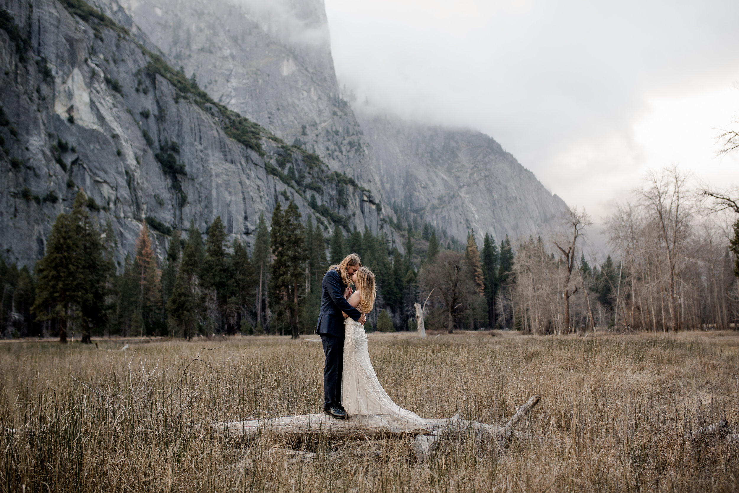 nicole-daacke-photography-yousemite-national-park-elopement-photographer-winter-cloud-moody-elope-inspiration-yosemite-valley-tunnel-view-winter-cloud-fog-weather-wedding-photos-78.jpg