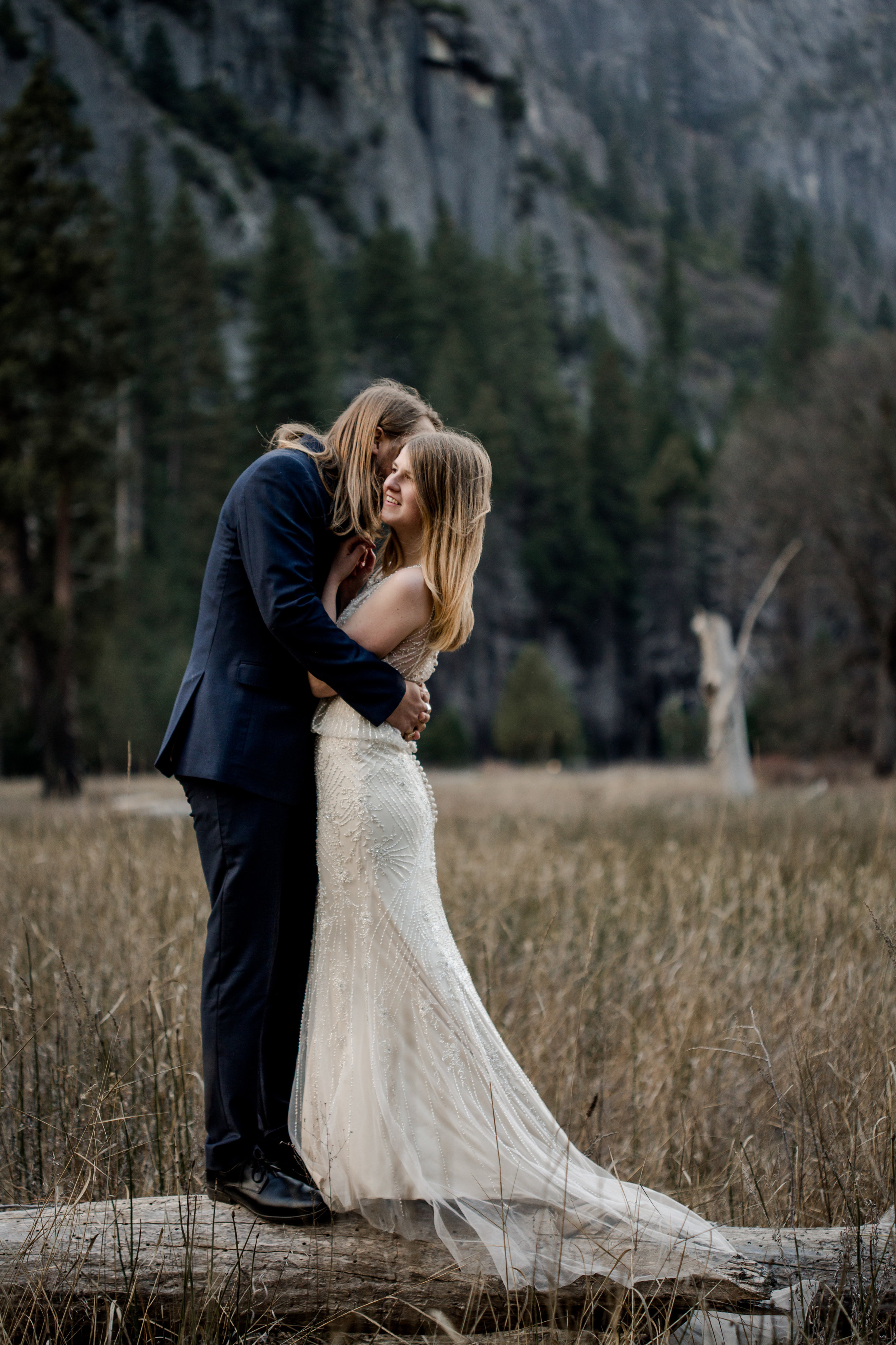 nicole-daacke-photography-yousemite-national-park-elopement-photographer-winter-cloud-moody-elope-inspiration-yosemite-valley-tunnel-view-winter-cloud-fog-weather-wedding-photos-80.jpg