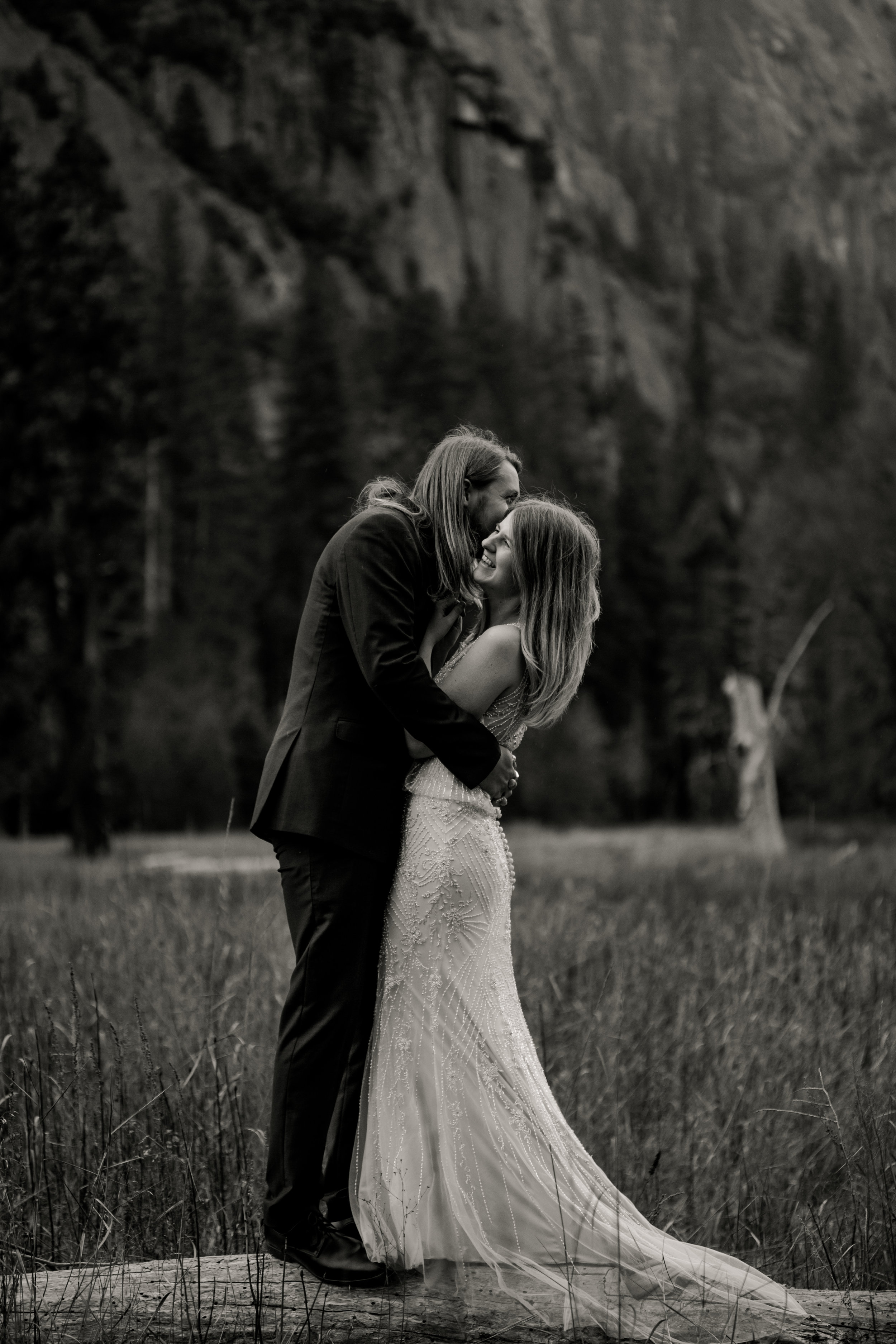 nicole-daacke-photography-yousemite-national-park-elopement-photographer-winter-cloud-moody-elope-inspiration-yosemite-valley-tunnel-view-winter-cloud-fog-weather-wedding-photos-81.jpg