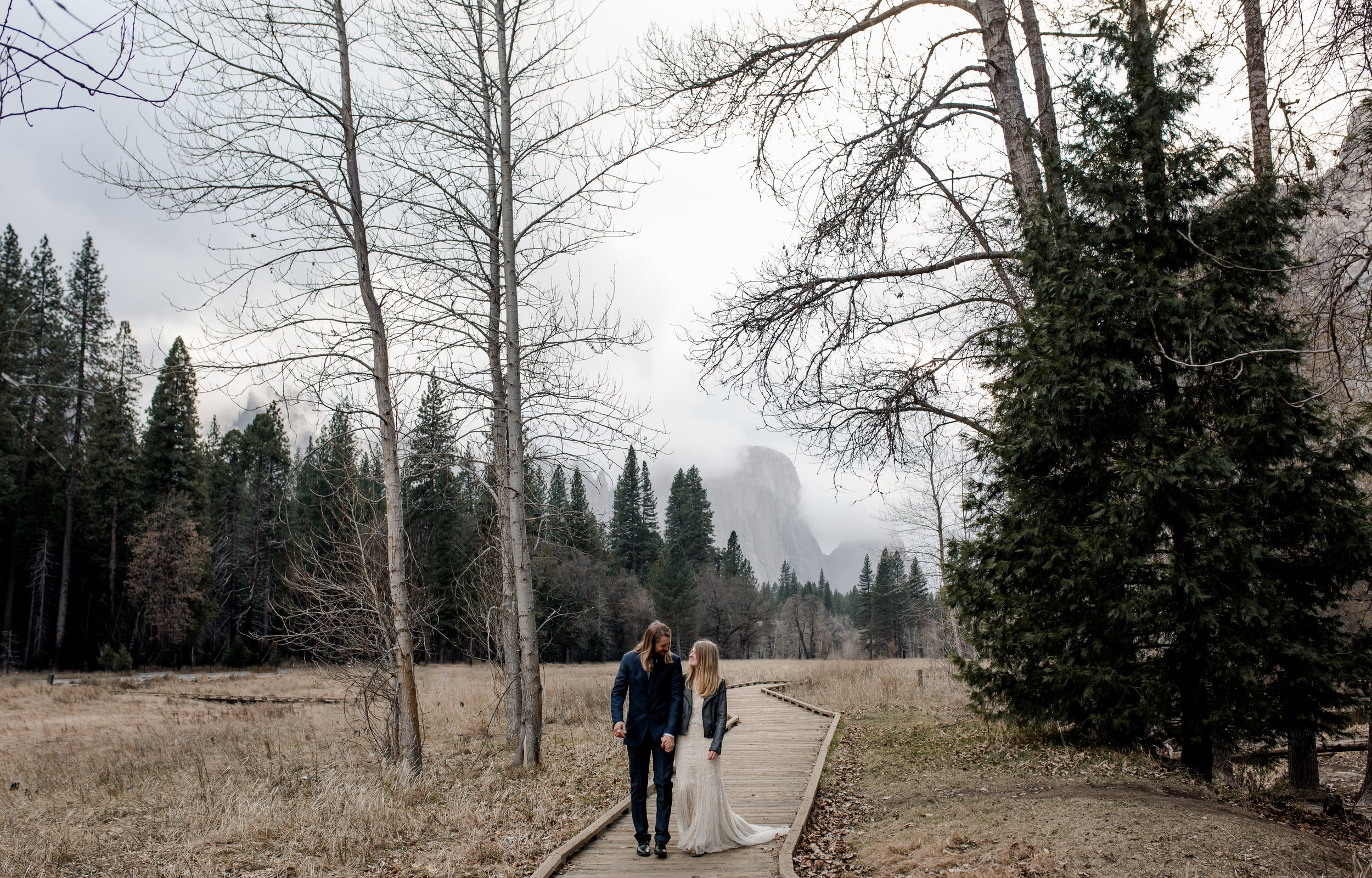 nicole-daacke-photography-yousemite-national-park-elopement-photographer-winter-cloud-moody-elope-inspiration-yosemite-valley-tunnel-view-winter-cloud-fog-weather-wedding-photos-86.jpg