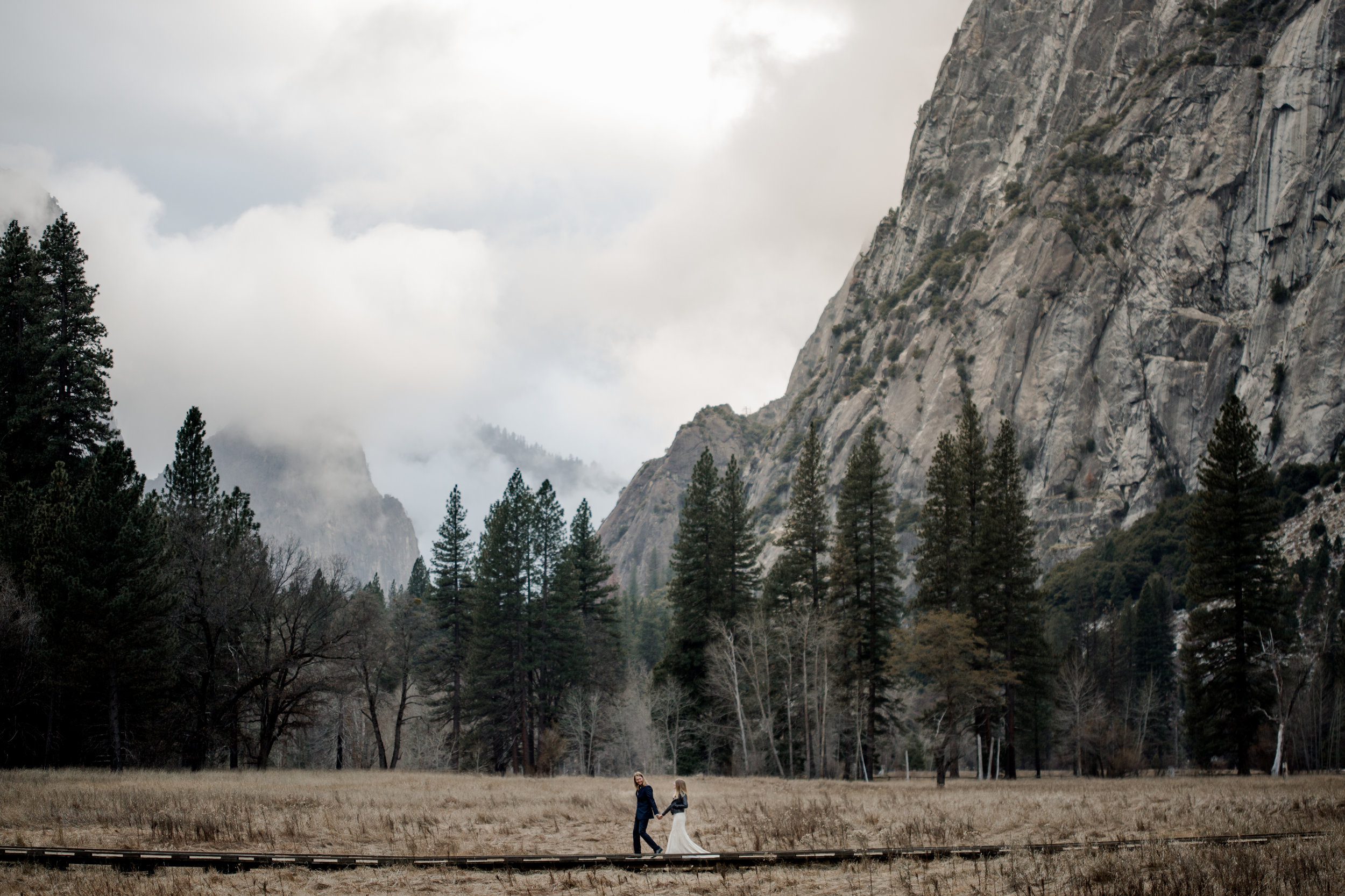nicole-daacke-photography-yousemite-national-park-elopement-photographer-winter-cloud-moody-elope-inspiration-yosemite-valley-tunnel-view-winter-cloud-fog-weather-wedding-photos-88.jpg