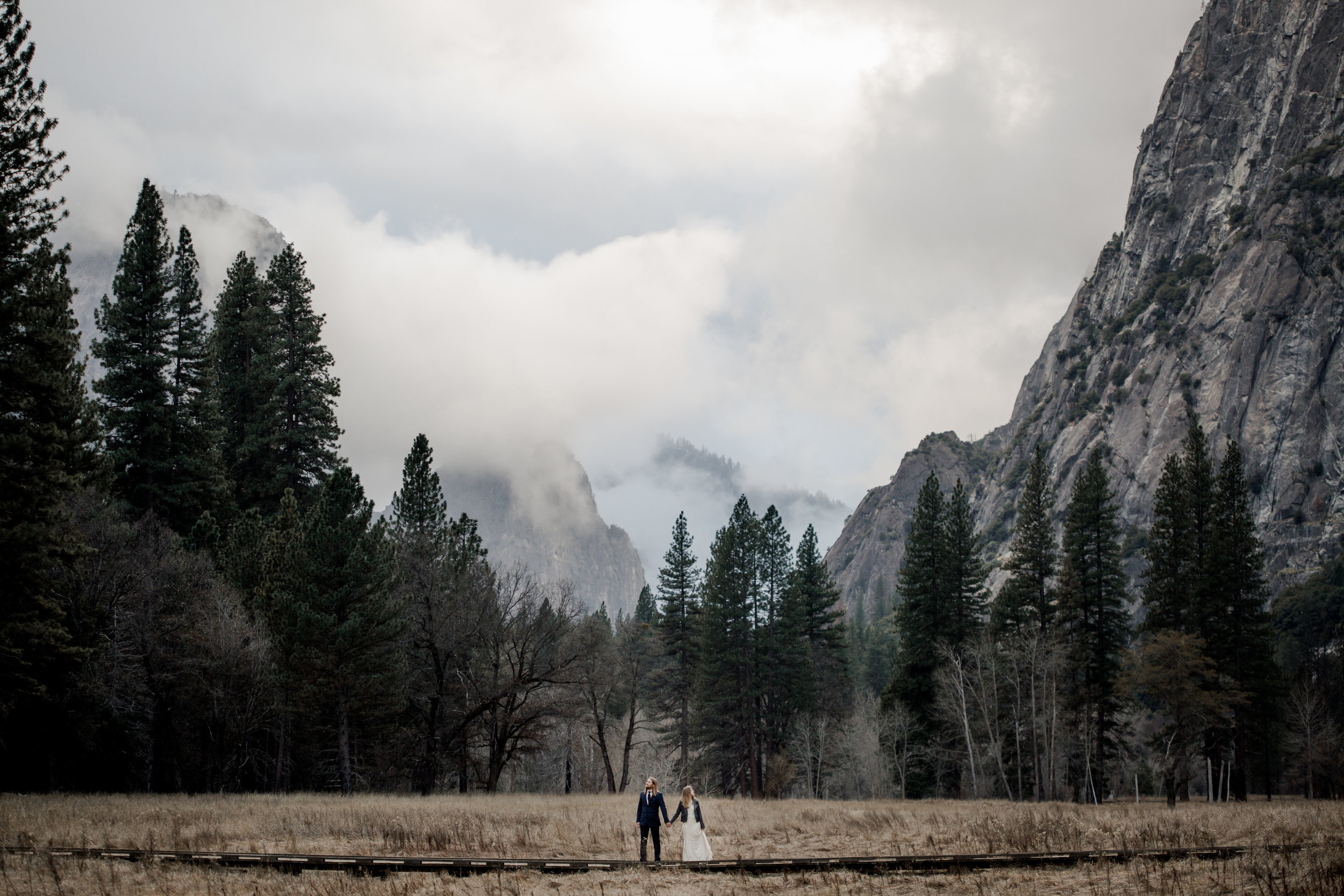 nicole-daacke-photography-yousemite-national-park-elopement-photographer-winter-cloud-moody-elope-inspiration-yosemite-valley-tunnel-view-winter-cloud-fog-weather-wedding-photos-90.jpg