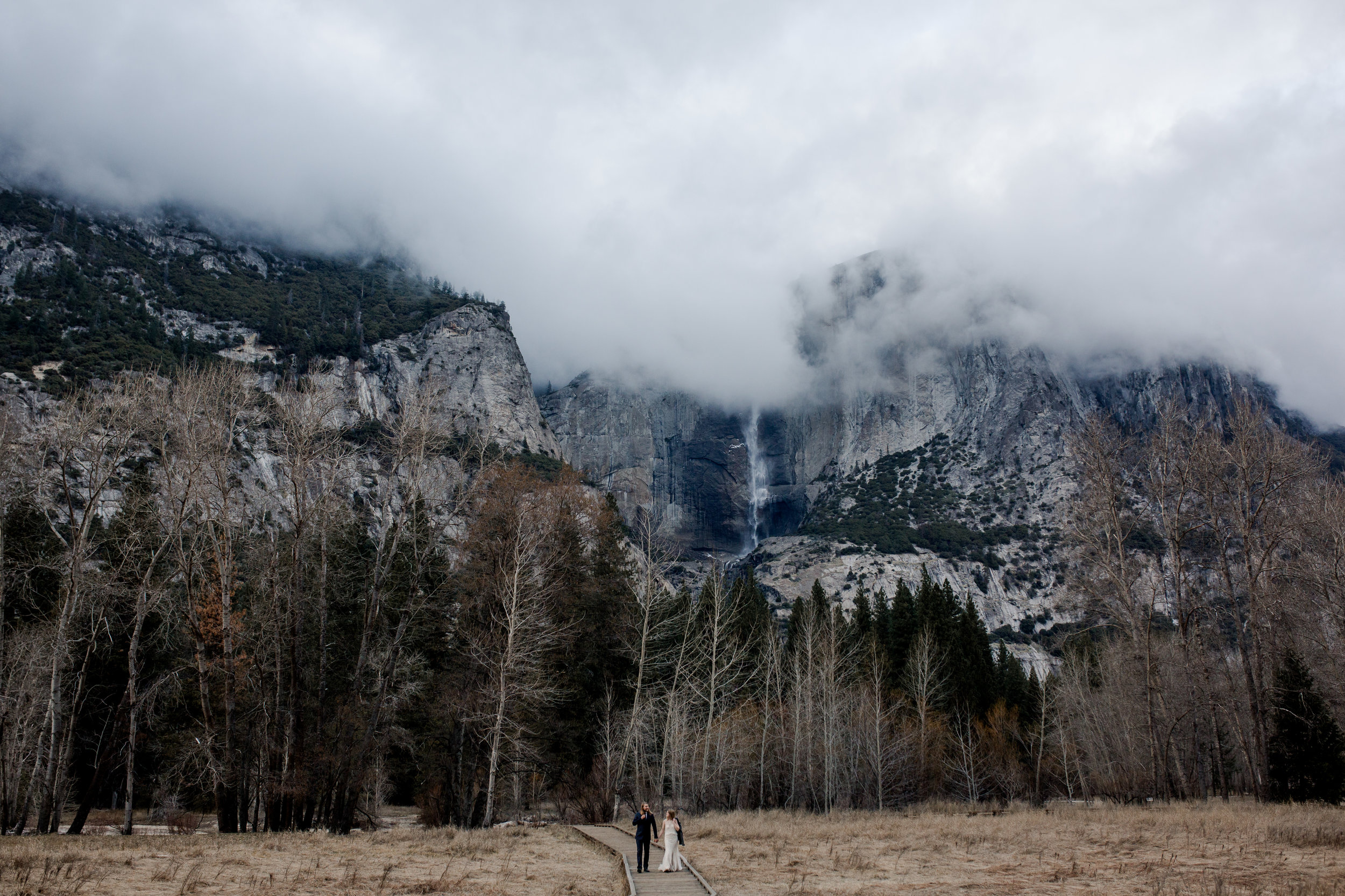 nicole-daacke-photography-yousemite-national-park-elopement-photographer-winter-cloud-moody-elope-inspiration-yosemite-valley-tunnel-view-winter-cloud-fog-weather-wedding-photos-91.jpg
