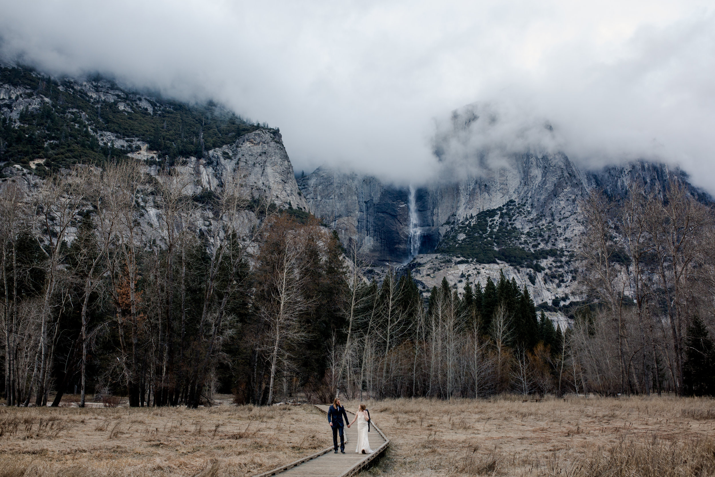 nicole-daacke-photography-yousemite-national-park-elopement-photographer-winter-cloud-moody-elope-inspiration-yosemite-valley-tunnel-view-winter-cloud-fog-weather-wedding-photos-92.jpg