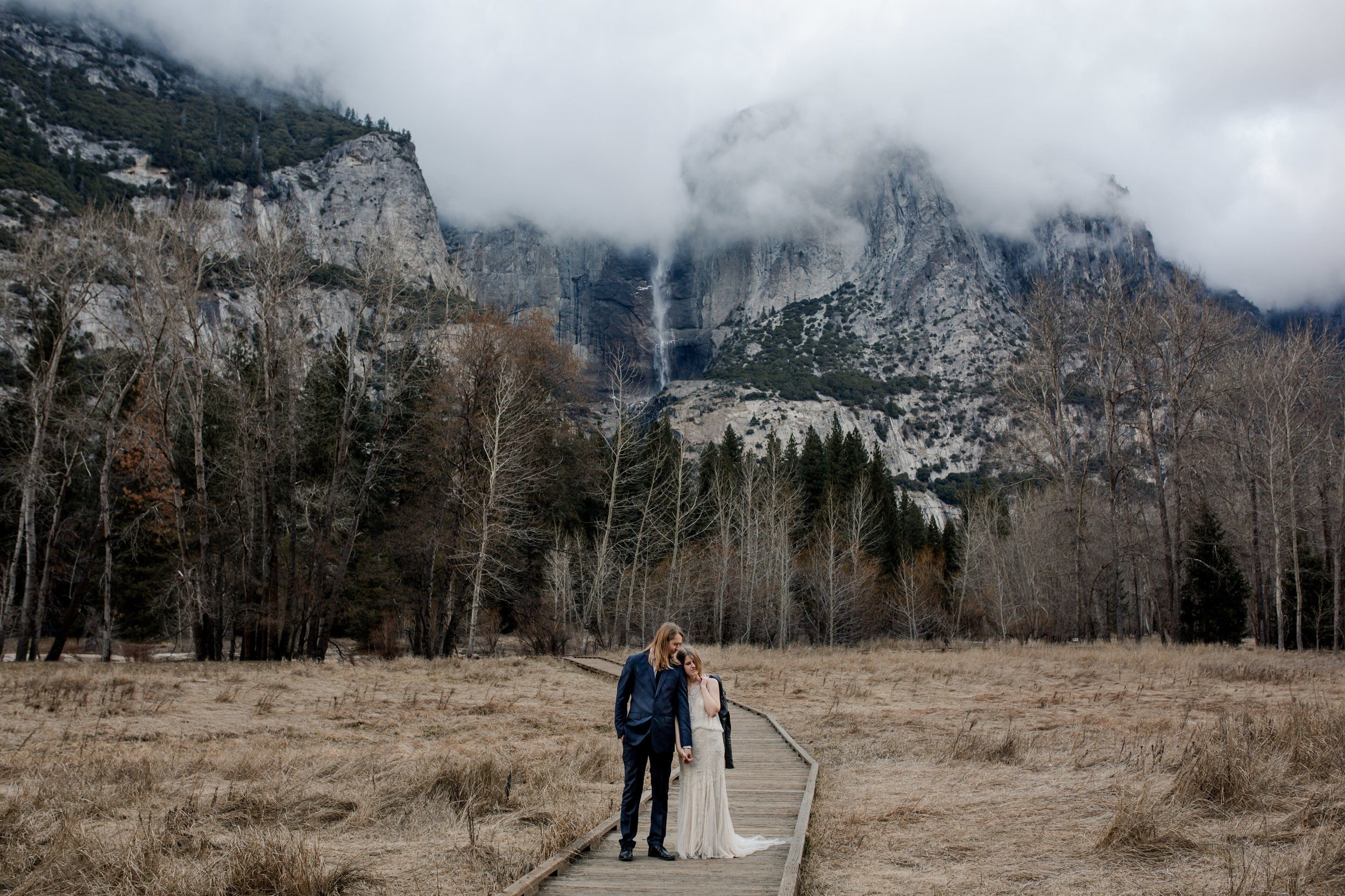nicole-daacke-photography-yousemite-national-park-elopement-photographer-winter-cloud-moody-elope-inspiration-yosemite-valley-tunnel-view-winter-cloud-fog-weather-wedding-photos-94.jpg
