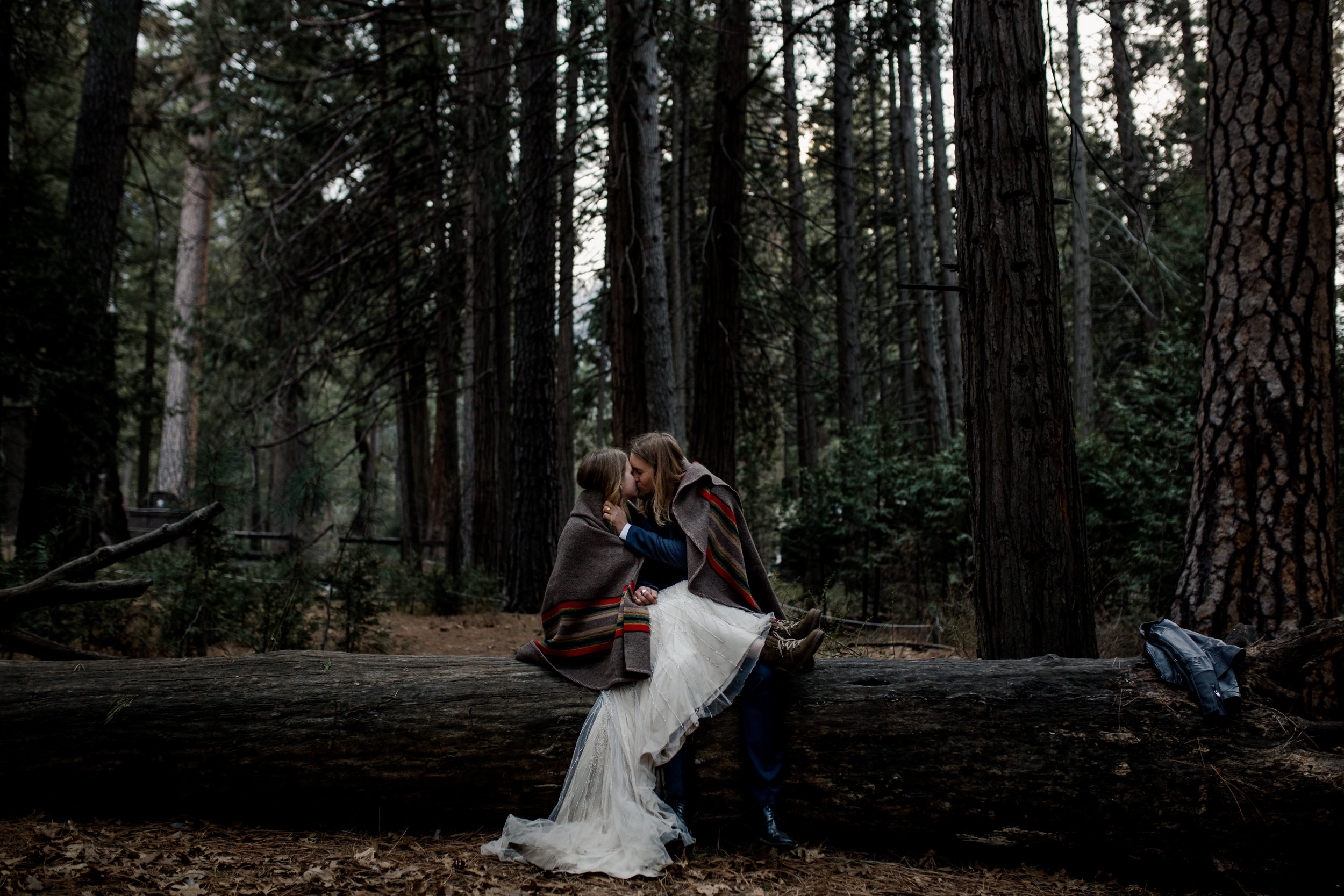 nicole-daacke-photography-yousemite-national-park-elopement-photographer-winter-cloud-moody-elope-inspiration-yosemite-valley-tunnel-view-winter-cloud-fog-weather-wedding-photos-99.jpg