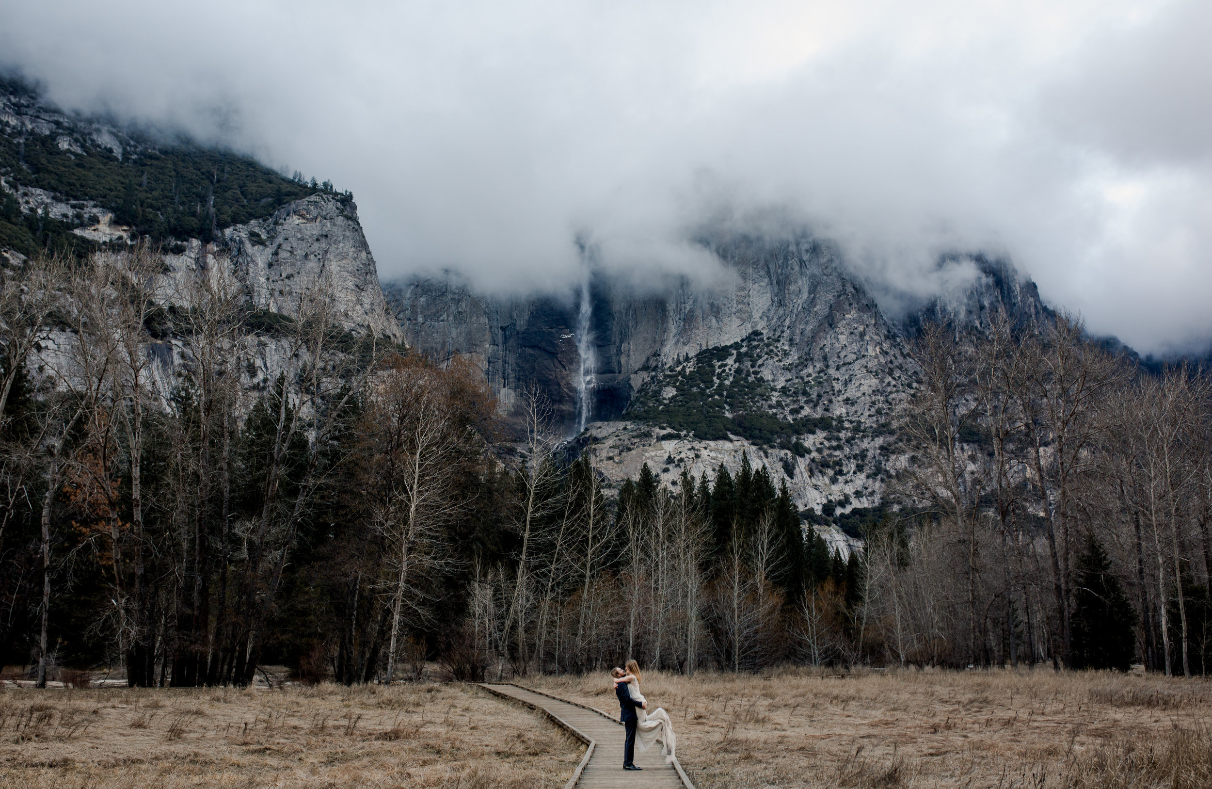nicole-daacke-photography-yousemite-national-park-elopement-photographer-winter-cloud-moody-elope-inspiration-yosemite-valley-tunnel-view-winter-cloud-fog-weather-wedding-photos-97.jpg