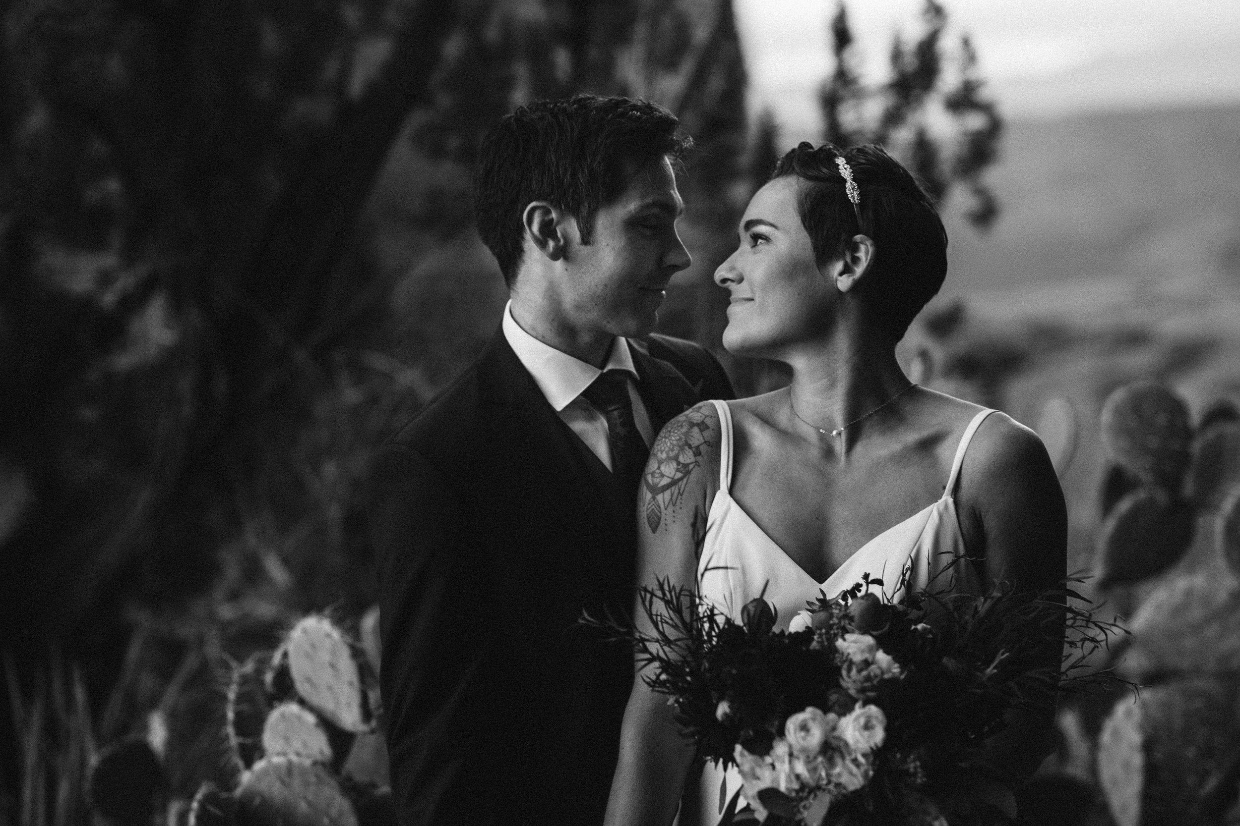 nicole-daacke-photography-sedona-arizona-destination-elopement-wedding-photographer-catherdral-rock-hiking-elopement-sedona-river-elopement-photos-desert-rock-wedding-photographer-laid-back-spontaneous-elopement-29.jpg