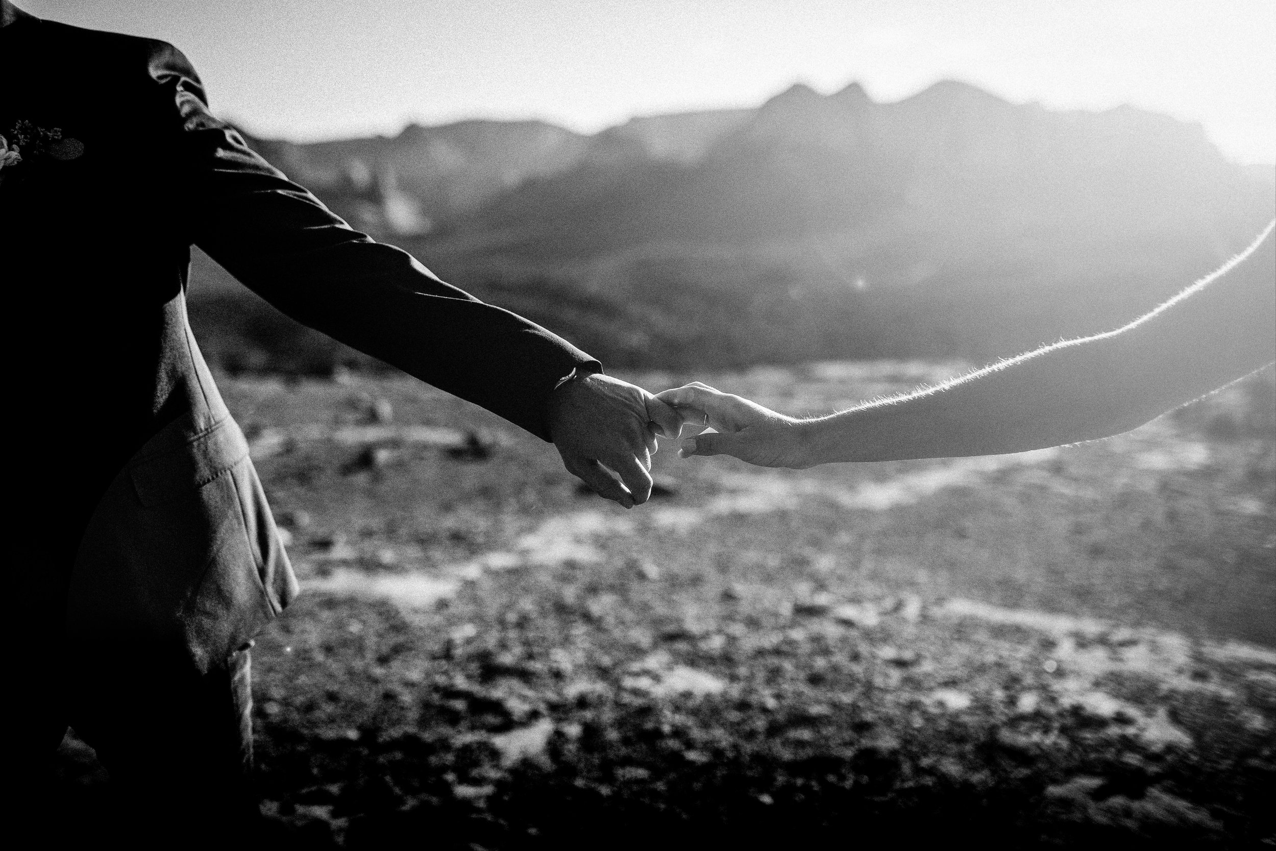 nicole-daacke-photography-sedona-arizona-destination-elopement-wedding-photographer-catherdral-rock-hiking-elopement-sedona-river-elopement-photos-desert-rock-wedding-photographer-laid-back-spontaneous-elopement-66.jpg