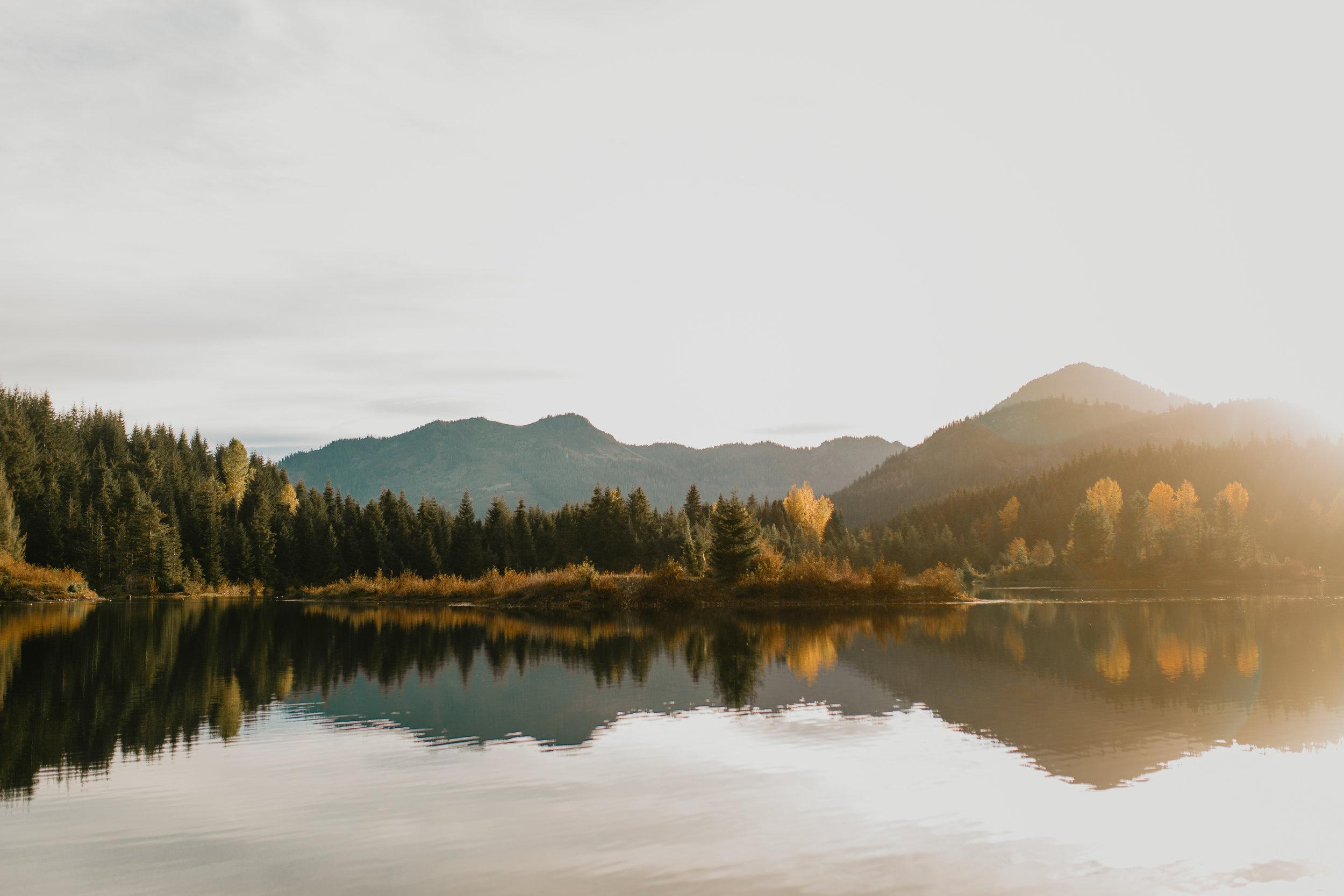 nicole-daacke-photography-mountain-view-elopement-at-gold-creek-pond-snoqualmie-washington-wa-elopement-photographer-photography-adventure-elopement-in-washington-fall-lakeside-golden-sunset-boho-fun-bride-0309.jpg