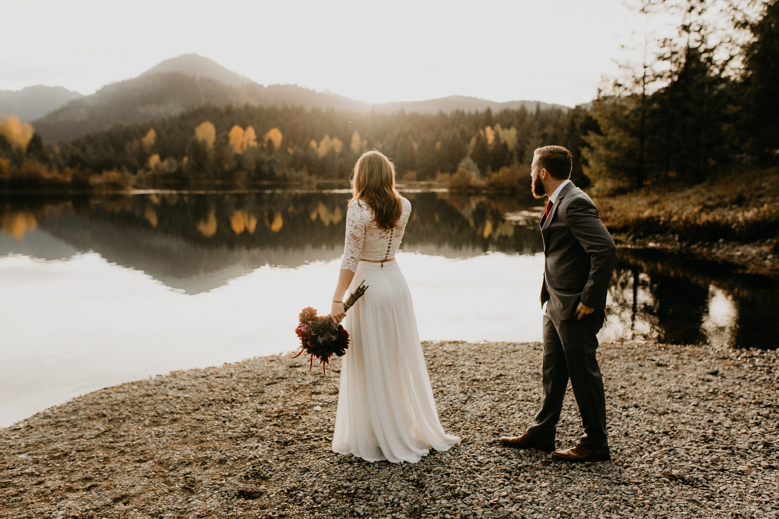 nicole-daacke-photography-mountain-view-elopement-at-gold-creek-pond-snoqualmie-washington-wa-elopement-photographer-photography-adventure-elopement-in-washington-fall-lakeside-golden-sunset-boho-fun-bride-0325.jpg