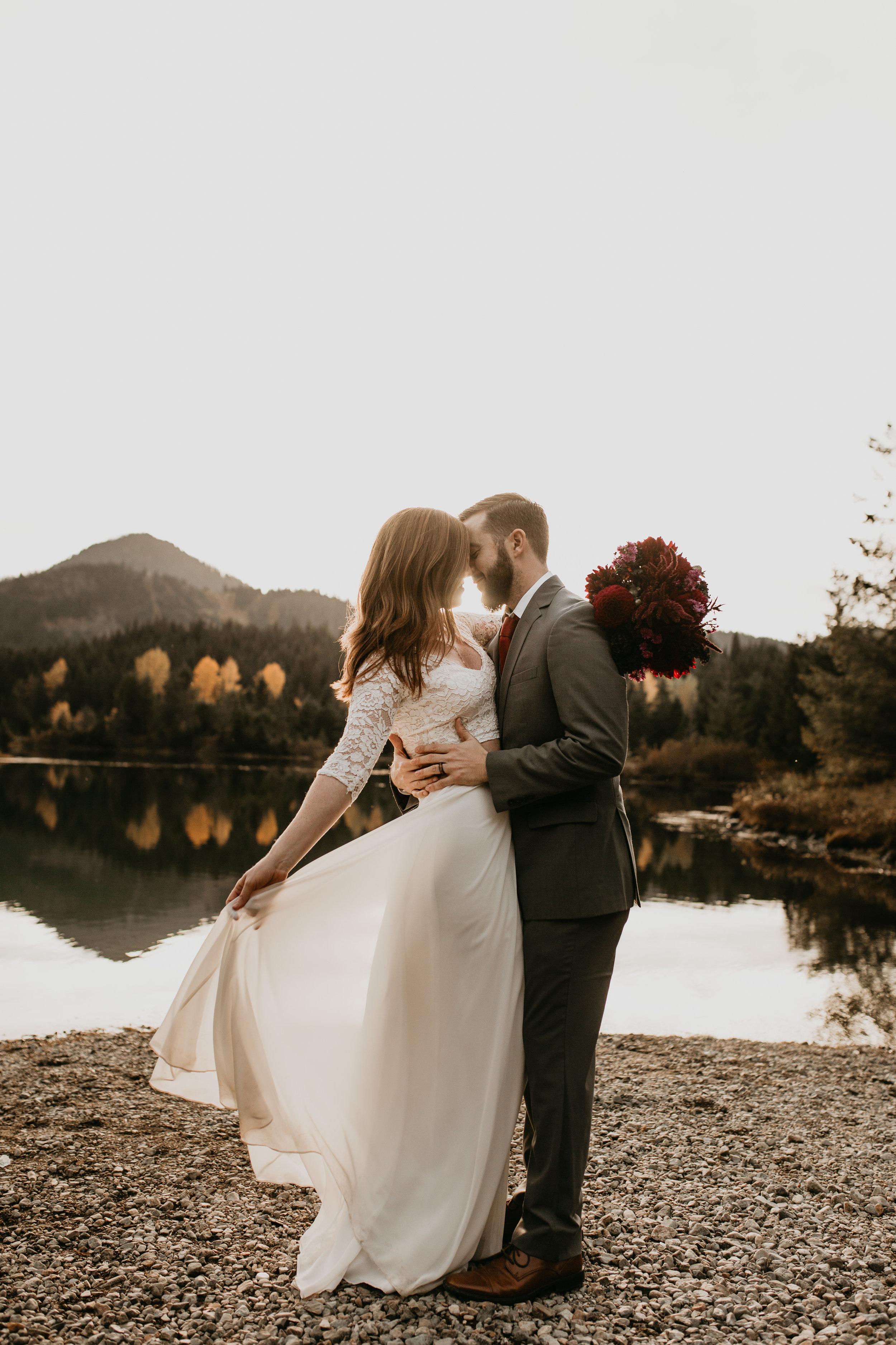 nicole-daacke-photography-mountain-view-elopement-at-gold-creek-pond-snoqualmie-washington-wa-elopement-photographer-photography-adventure-elopement-in-washington-fall-lakeside-golden-sunset-boho-fun-bride-0344.jpg